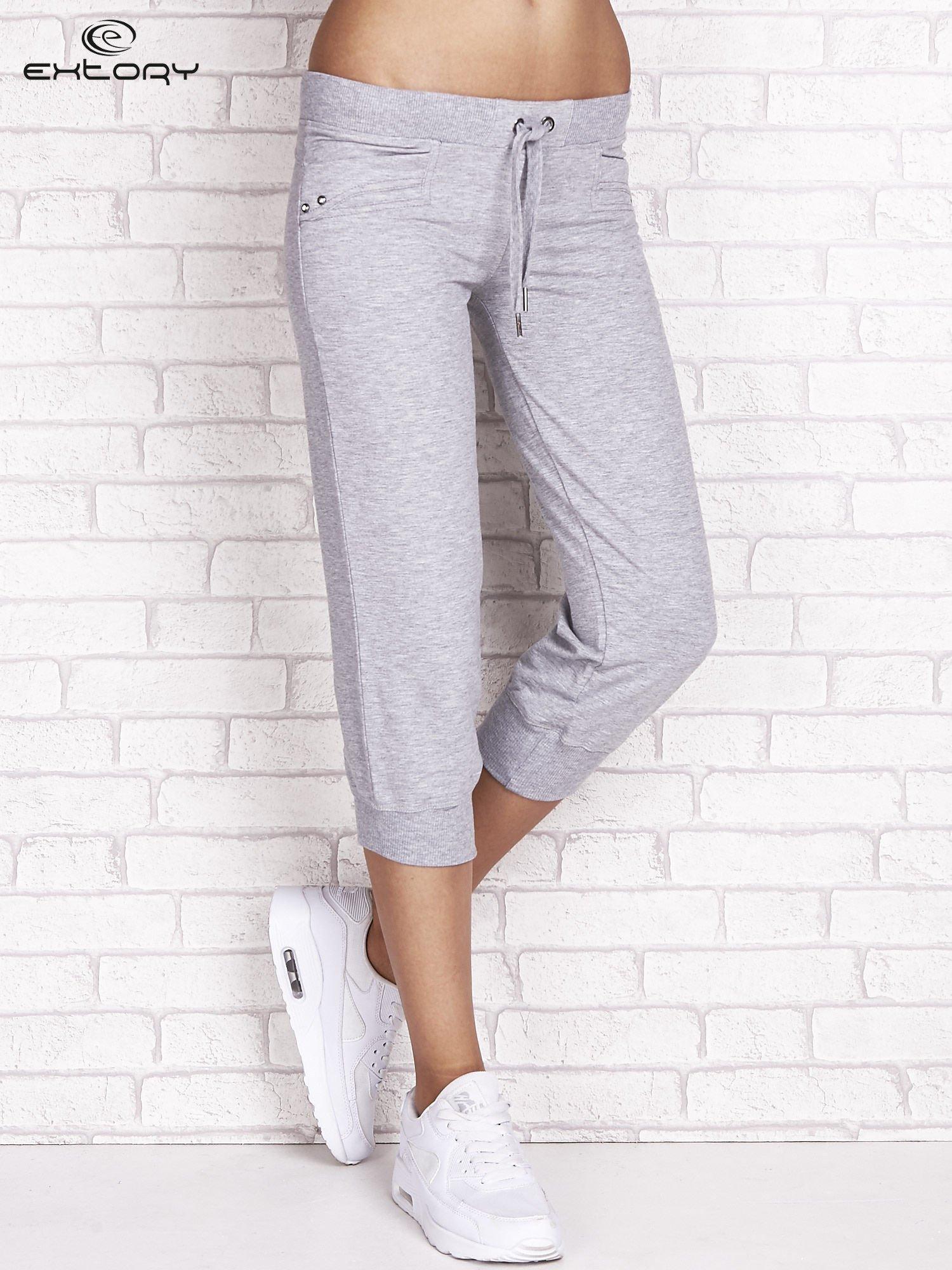 Szare spodnie dresowe capri z dżetami na kieszeniach                                  zdj.                                  1