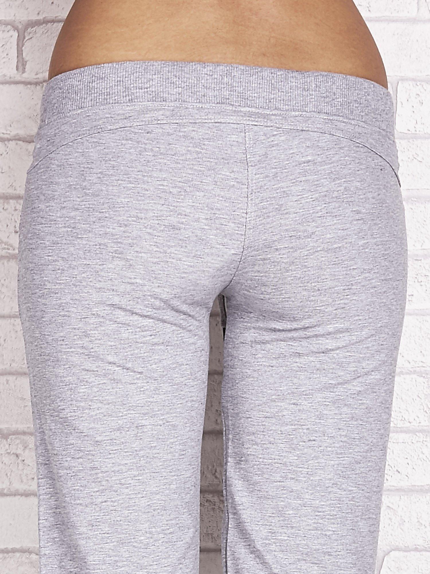 Szare spodnie dresowe capri z dżetami na kieszeniach                                  zdj.                                  6