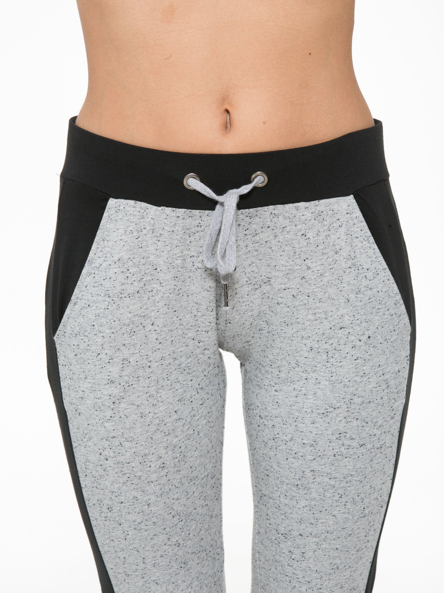 Szare spodnie dresowe damskie z kontrastowymi lampasami po bokach                                  zdj.                                  6