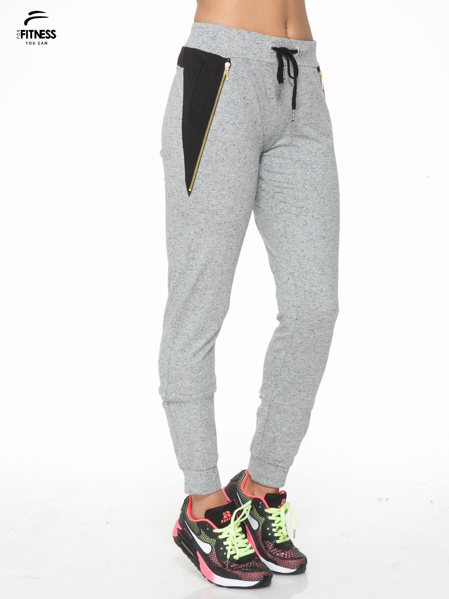 Szare spodnie dresowe damskie z suwakiem i kontrastowymi wstawkami po bokach                                  zdj.                                  3