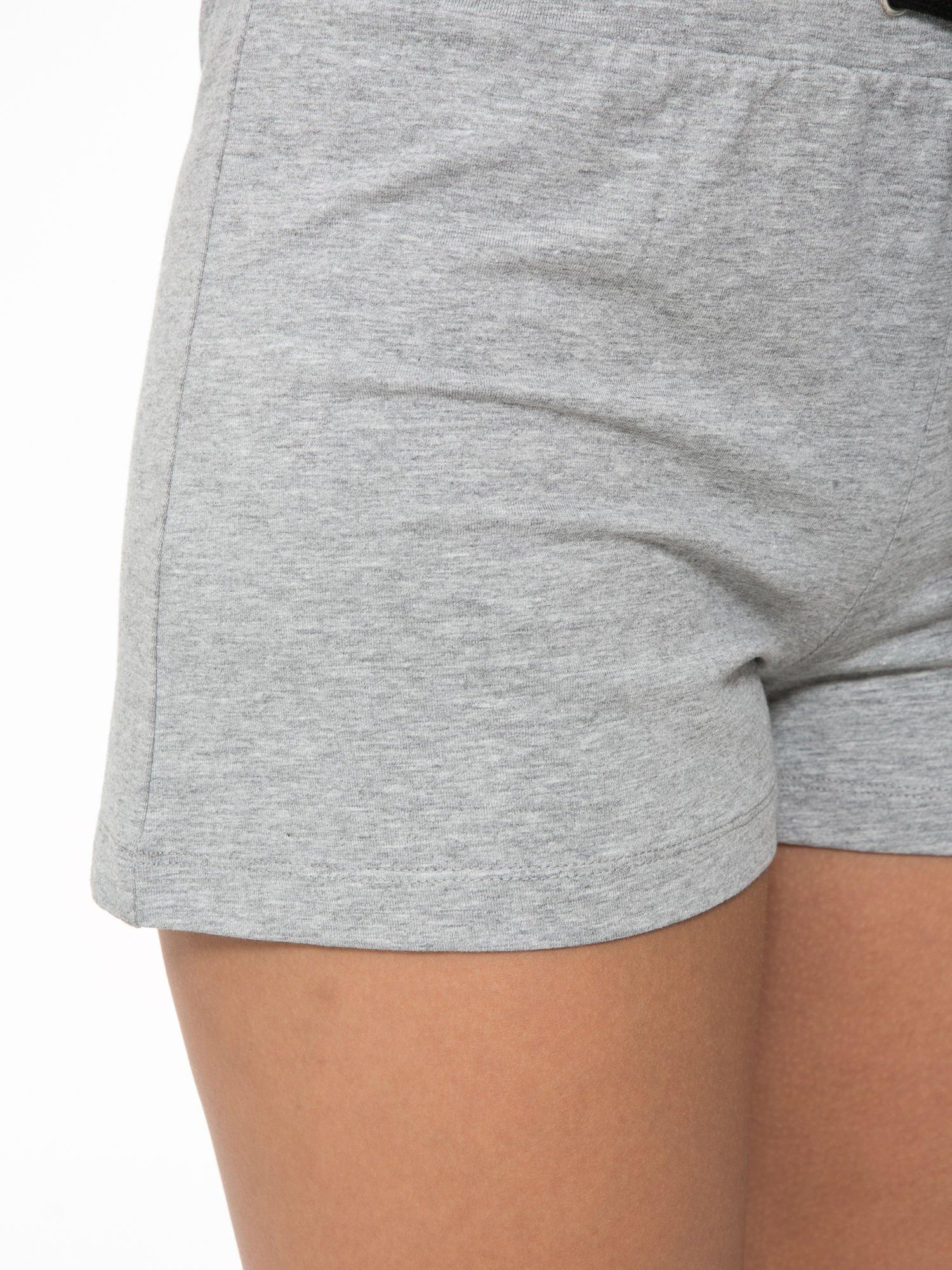 Szare spodnie dresowe damskie z suwakiem i kontrastowymi wstawkami po bokach                                  zdj.                                  6