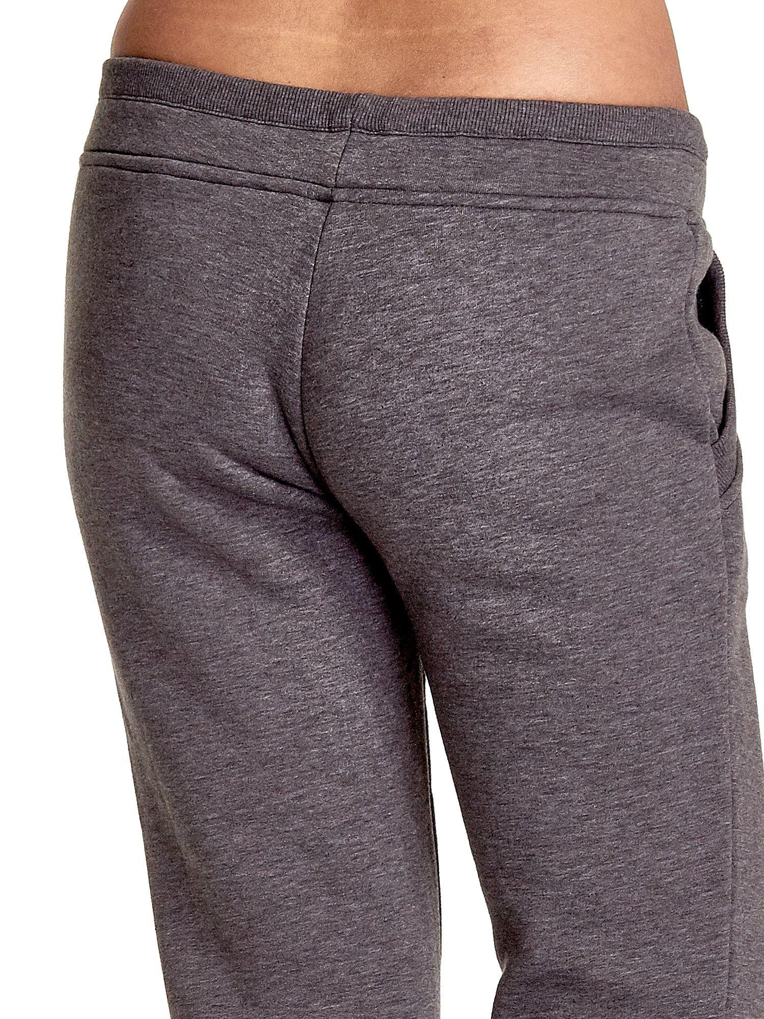 Szare spodnie dresowe z guziczkami przy ściągaczu                                  zdj.                                  7