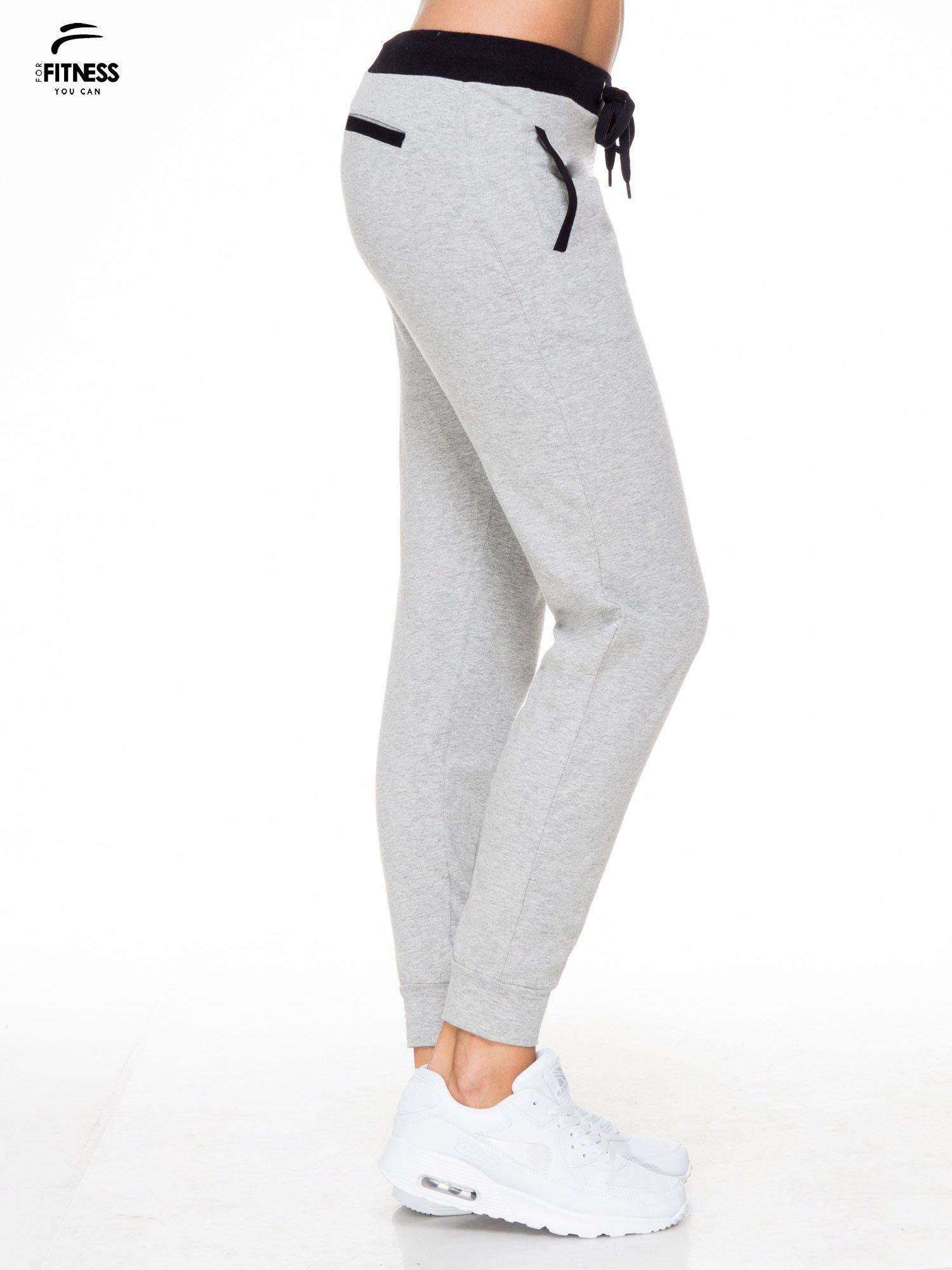 Szare spodnie dresowe z kontrastowym pasem i kieszeniami                                  zdj.                                  3