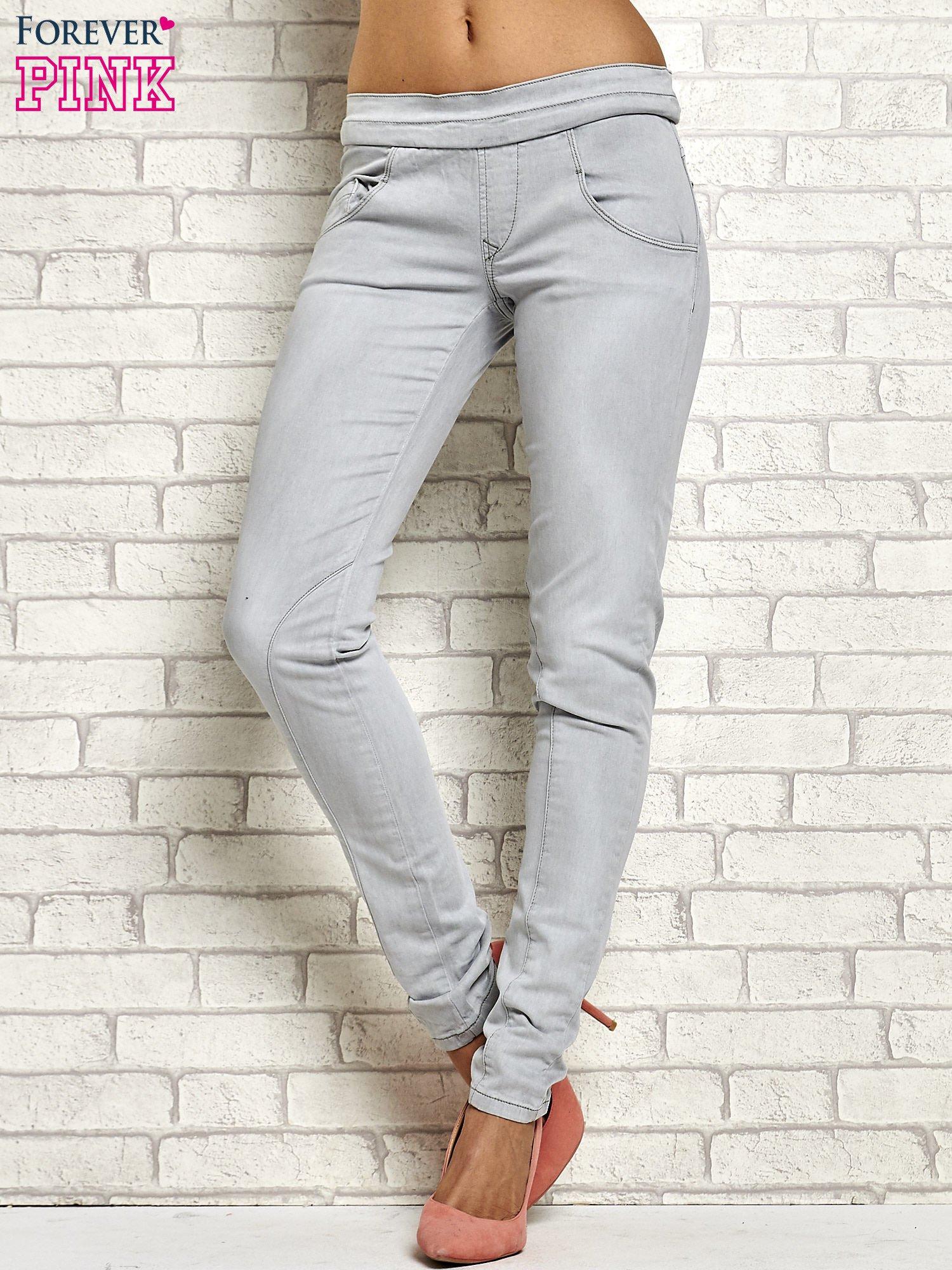 Szare spodnie z przeszyciami i fuksjową gumką w pasie                                  zdj.                                  1