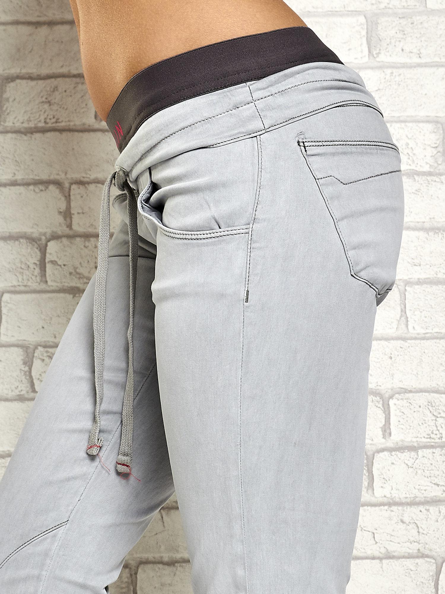 Szare spodnie z przeszyciami i fuksjową gumką w pasie                                  zdj.                                  5