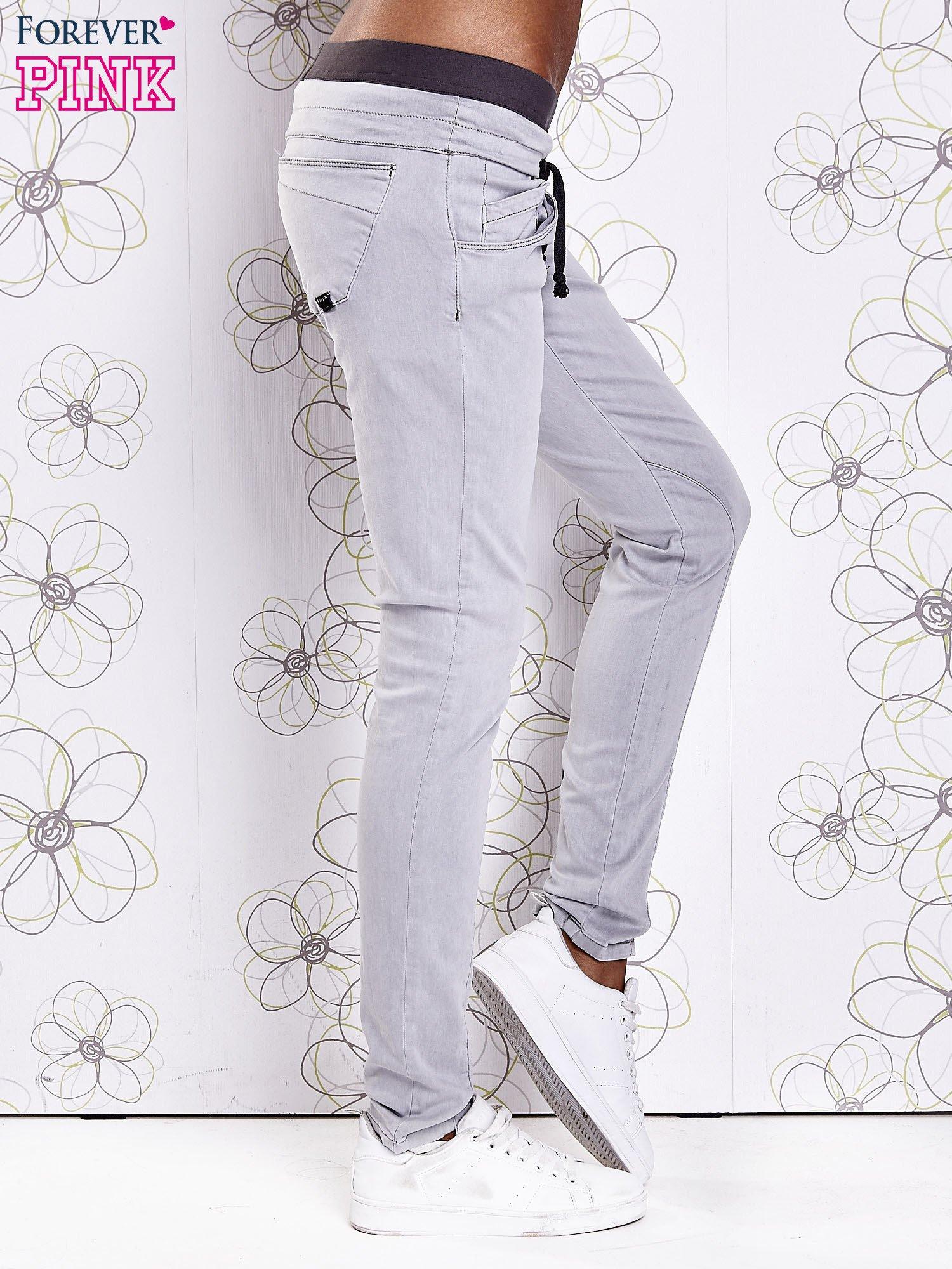 Szare spodnie z przeszyciami i kolorową gumką w pasie                                  zdj.                                  2