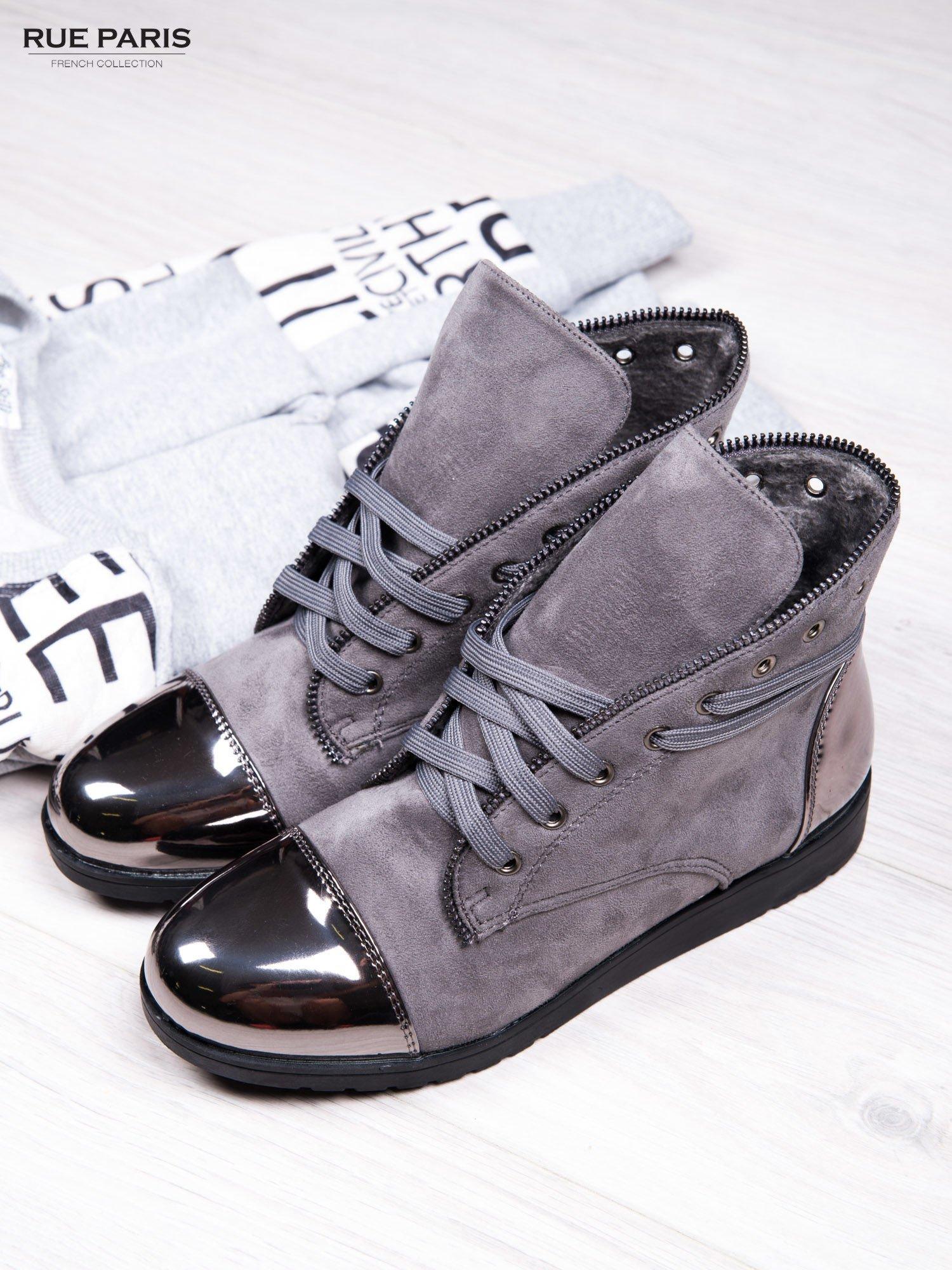 Szare zamszowe sneakersy Polly z ozdobnym suwakiem i lustrzanymi wstawkami                                  zdj.                                  2