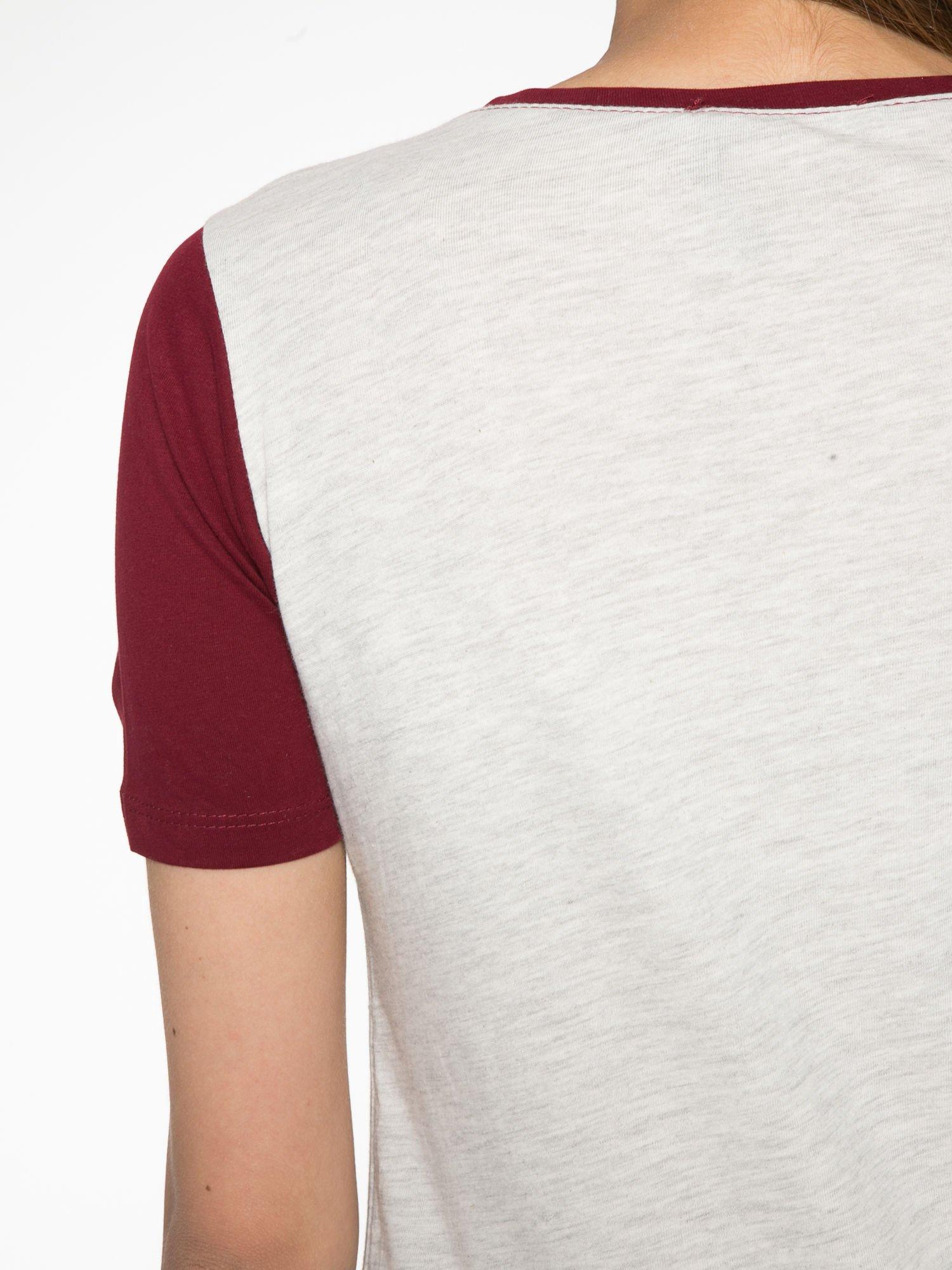 Szaro-bordowy t-shirt z napisem DREAMY VIBES 86 PARIS                                  zdj.                                  9