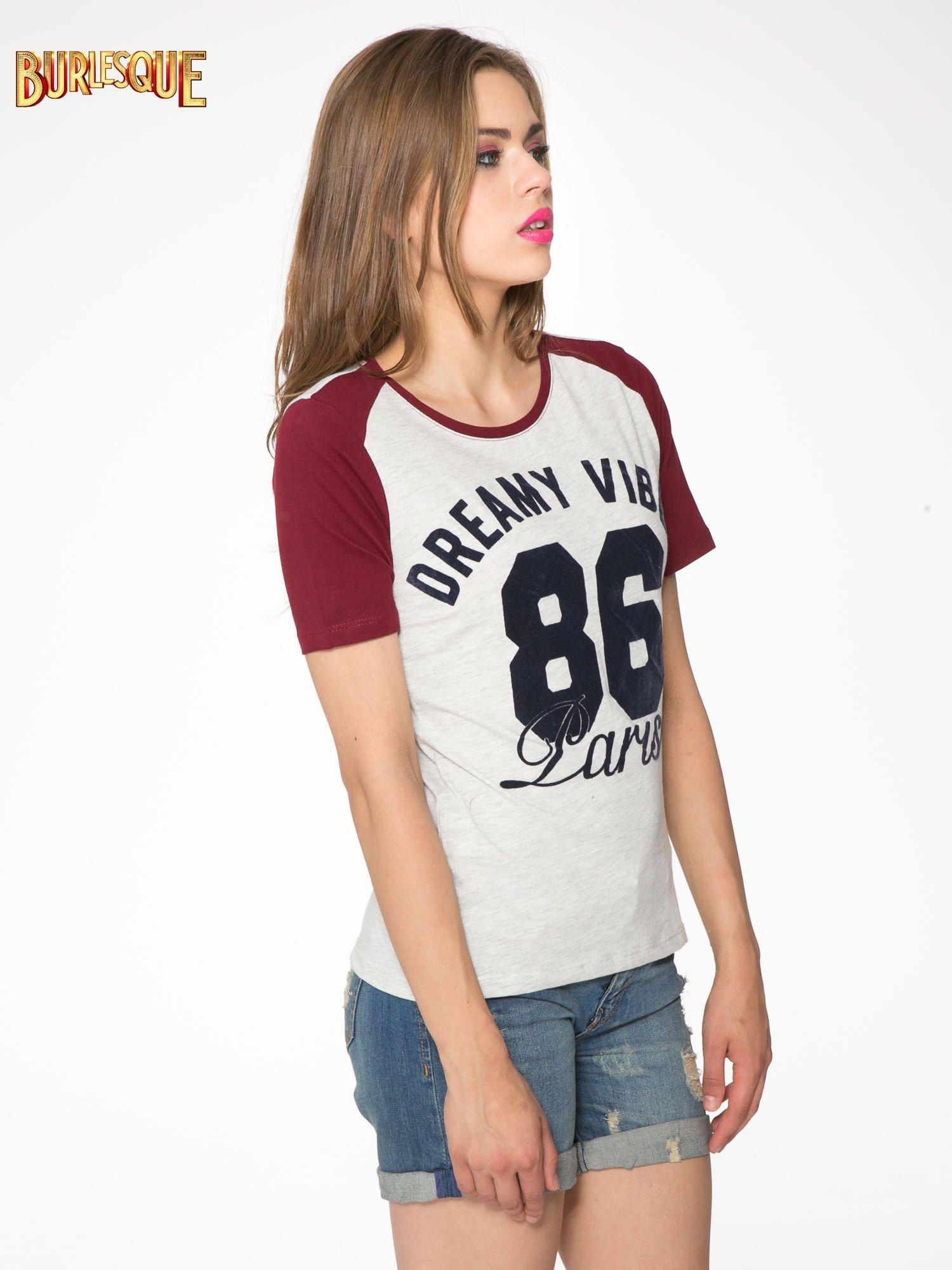 Szaro-bordowy t-shirt z napisem DREAMY VIBES 86 PARIS                                  zdj.                                  3