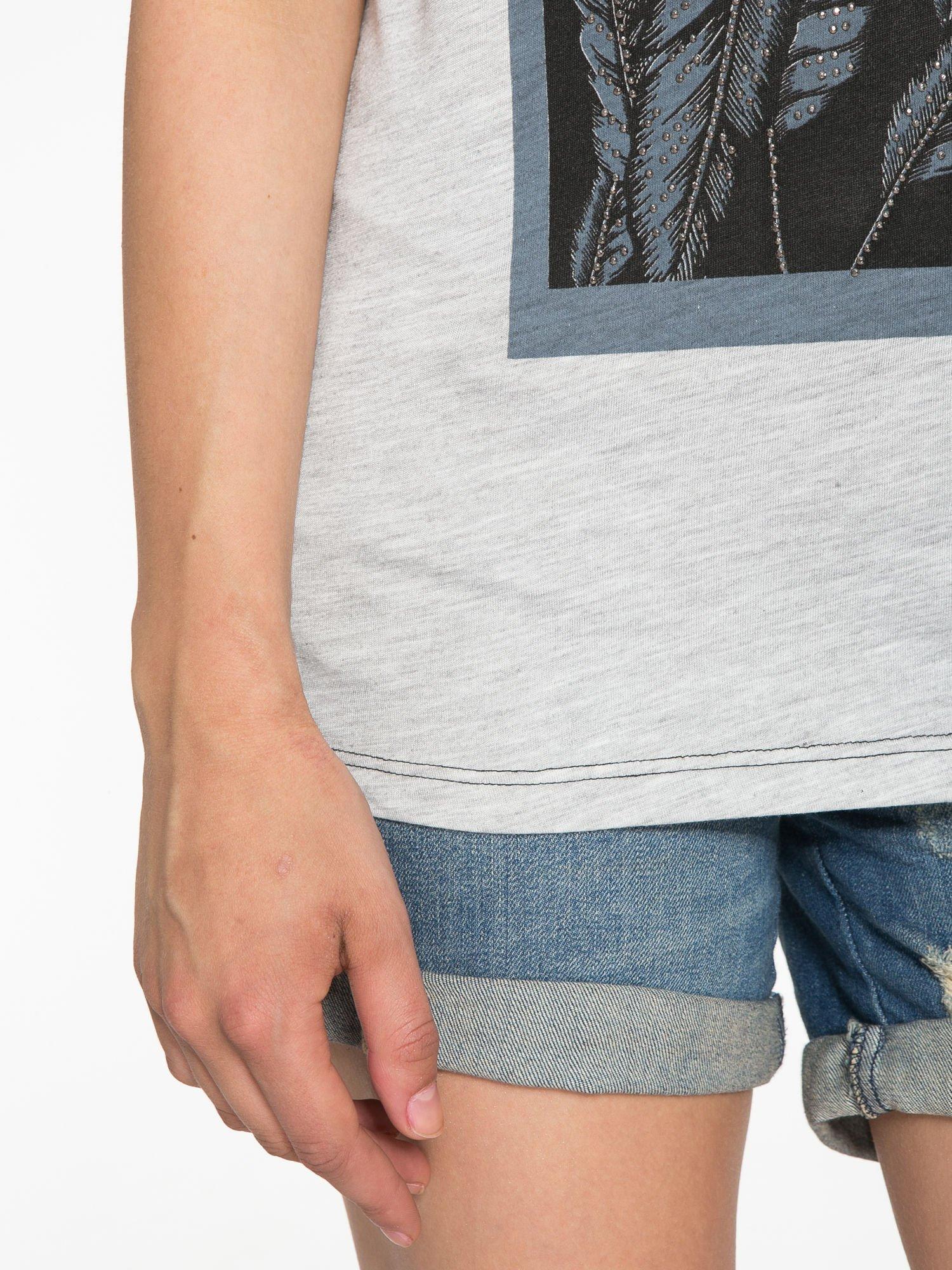 Szaro-czarny t-shirt  z nadrukiem piórek                                  zdj.                                  6