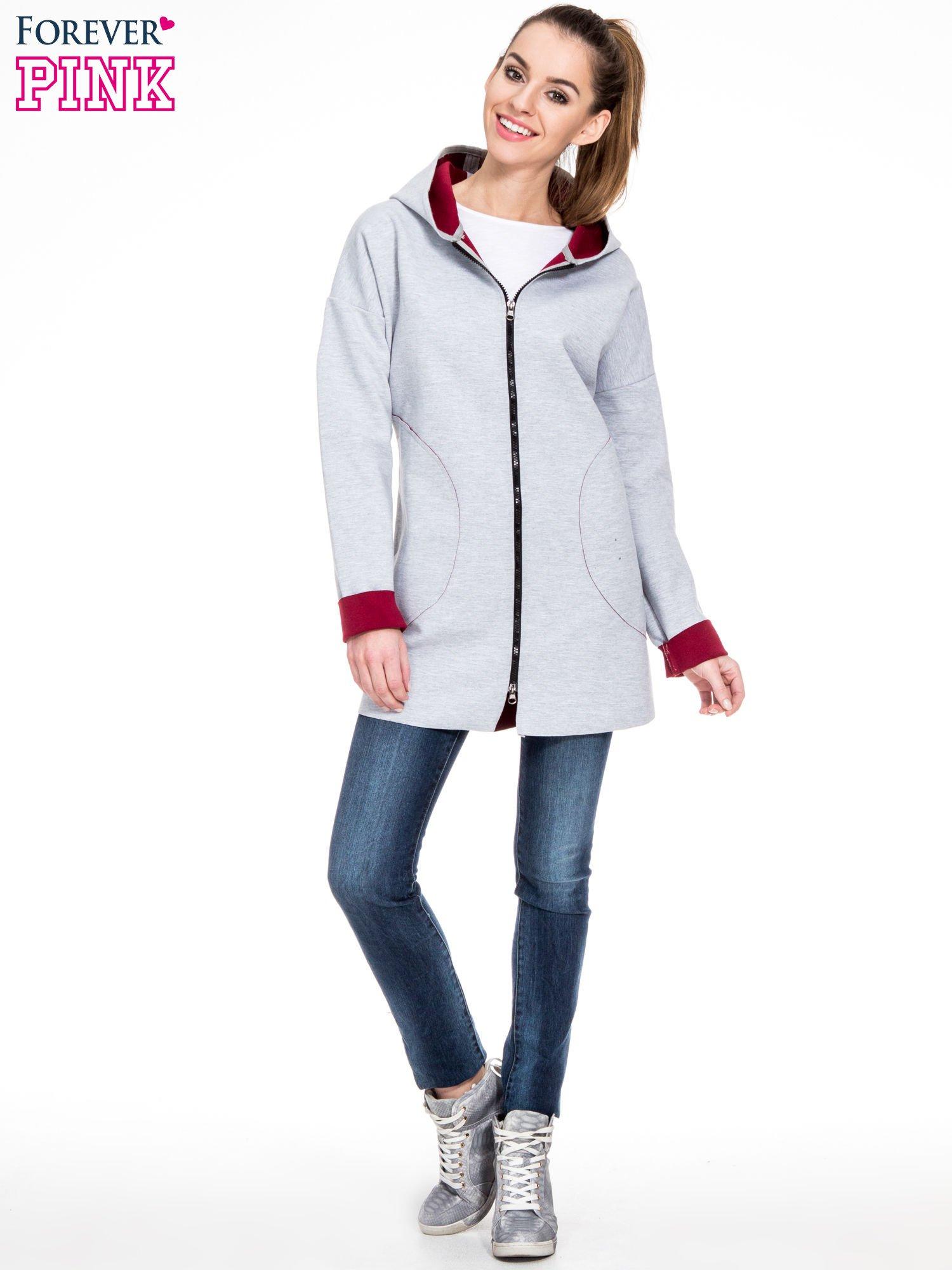 Szary dresowy płaszcz oversize z bordową podszewką                                  zdj.                                  2
