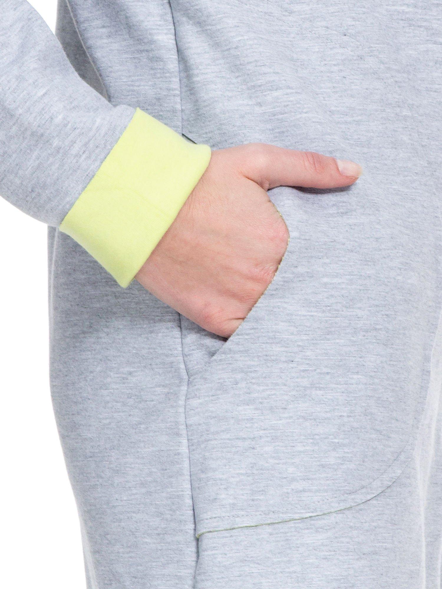 Szary dresowy płaszcz oversize z zieloną podszewką                                  zdj.                                  8