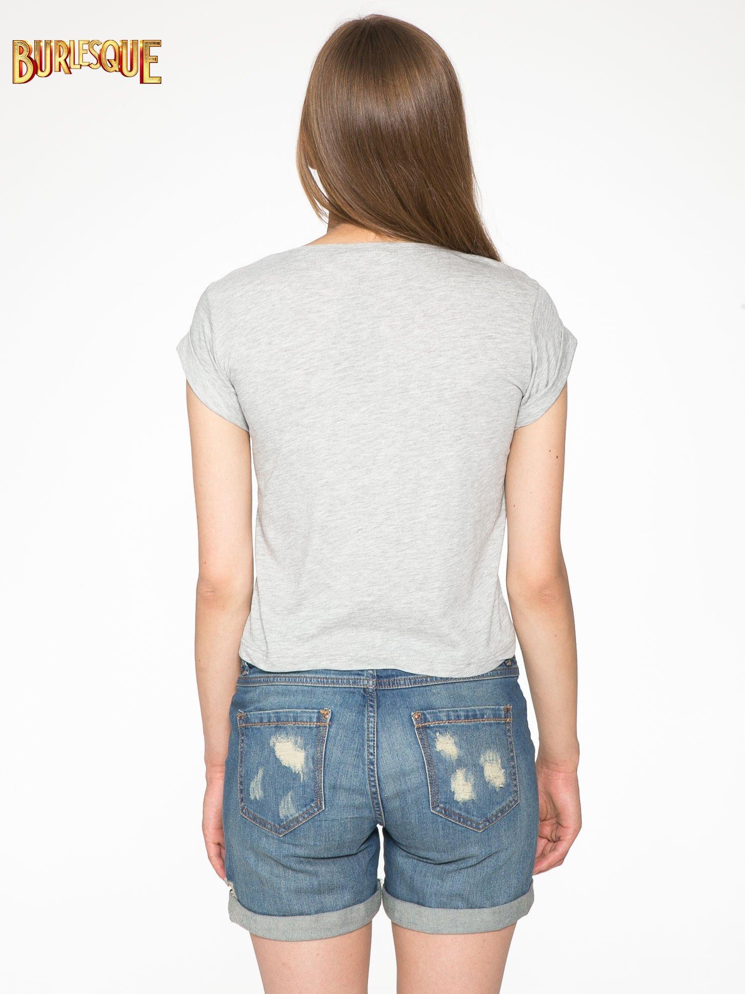 Szary krótki t-shirt z nadrukiem stokrotek i napisem                                  zdj.                                  4