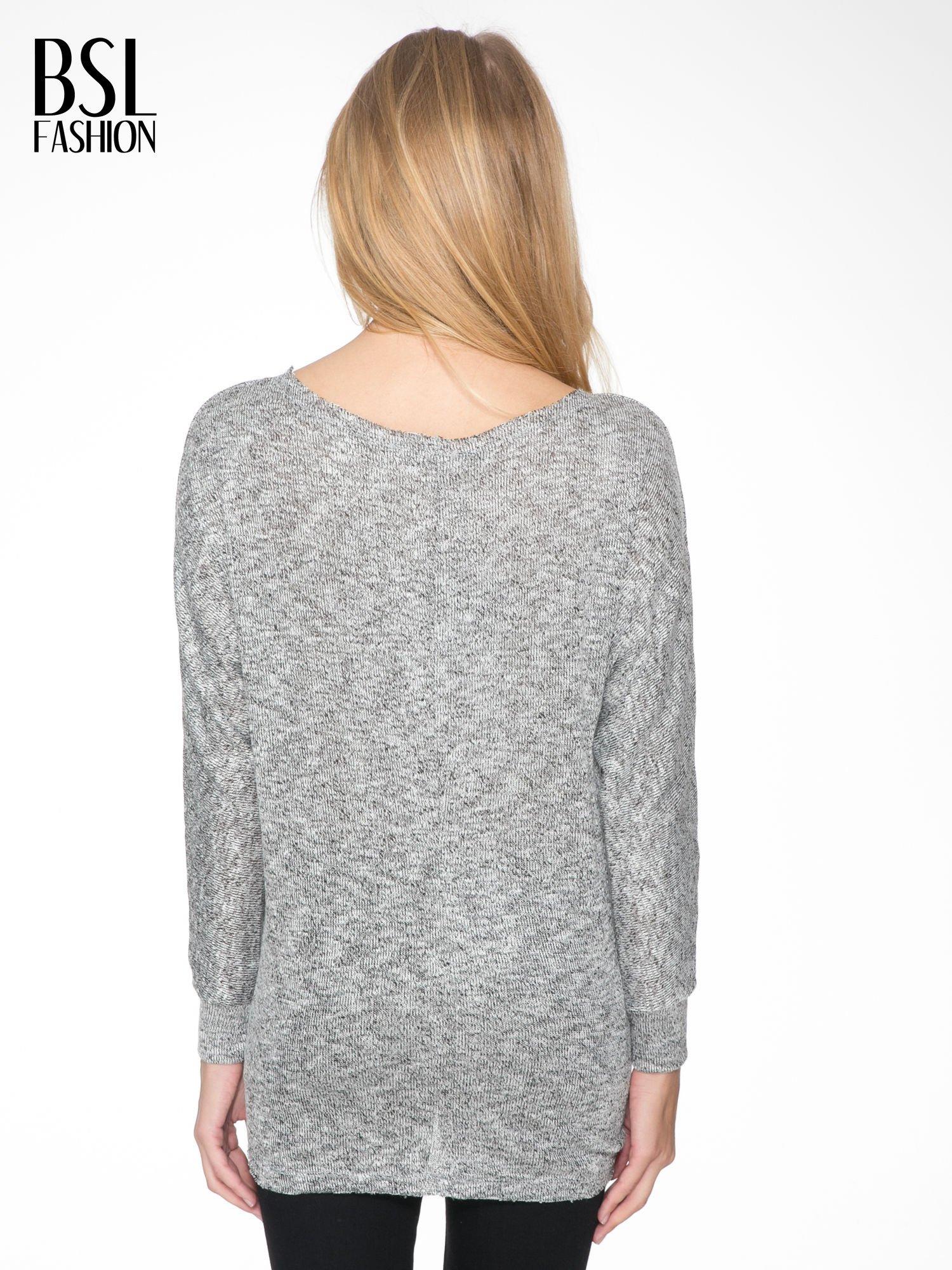 Szary melanżowy sweterek o luźnym kroju z kieszonką                                  zdj.                                  4