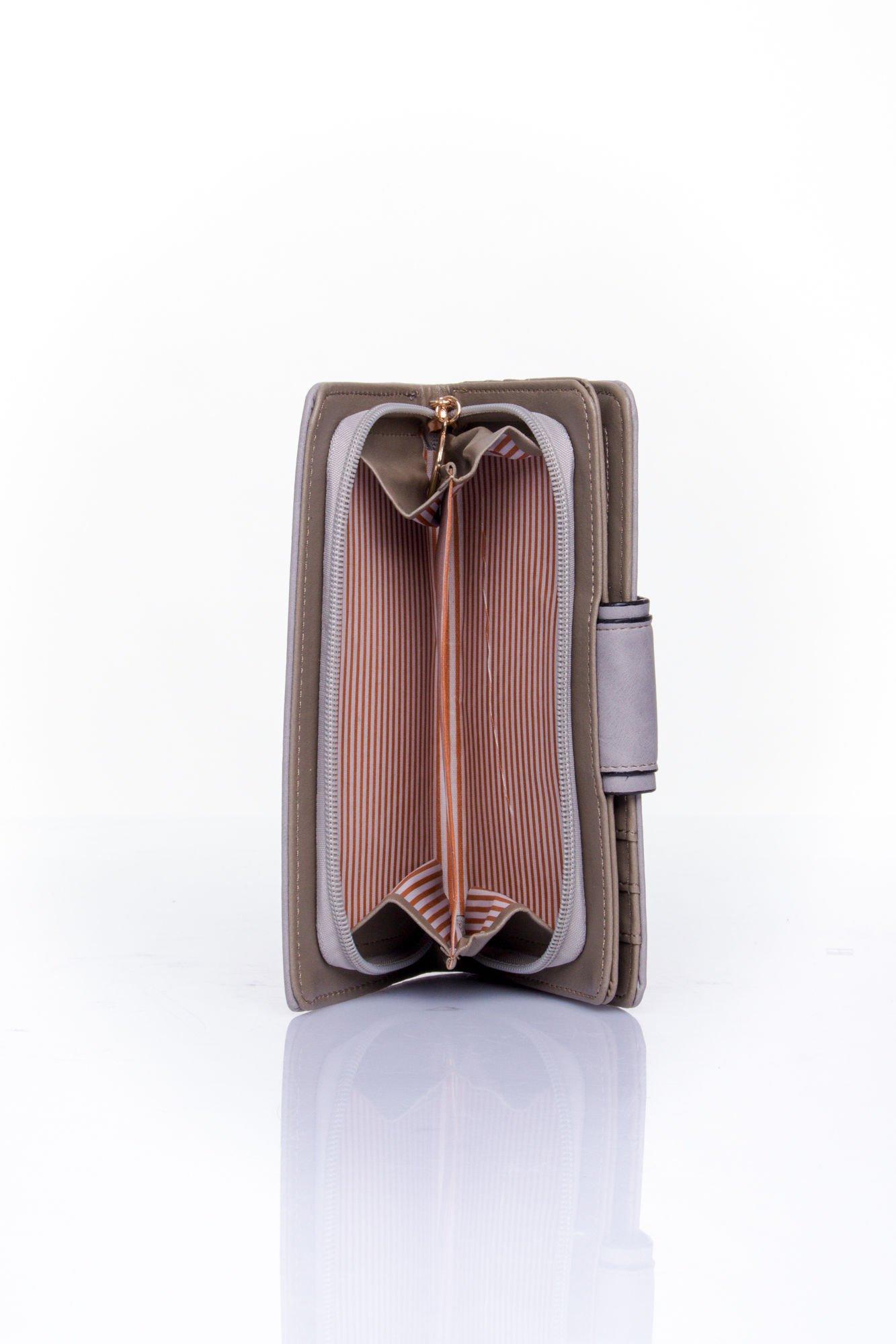 Szary portfel z ozdobnym zapięciem                                  zdj.                                  5