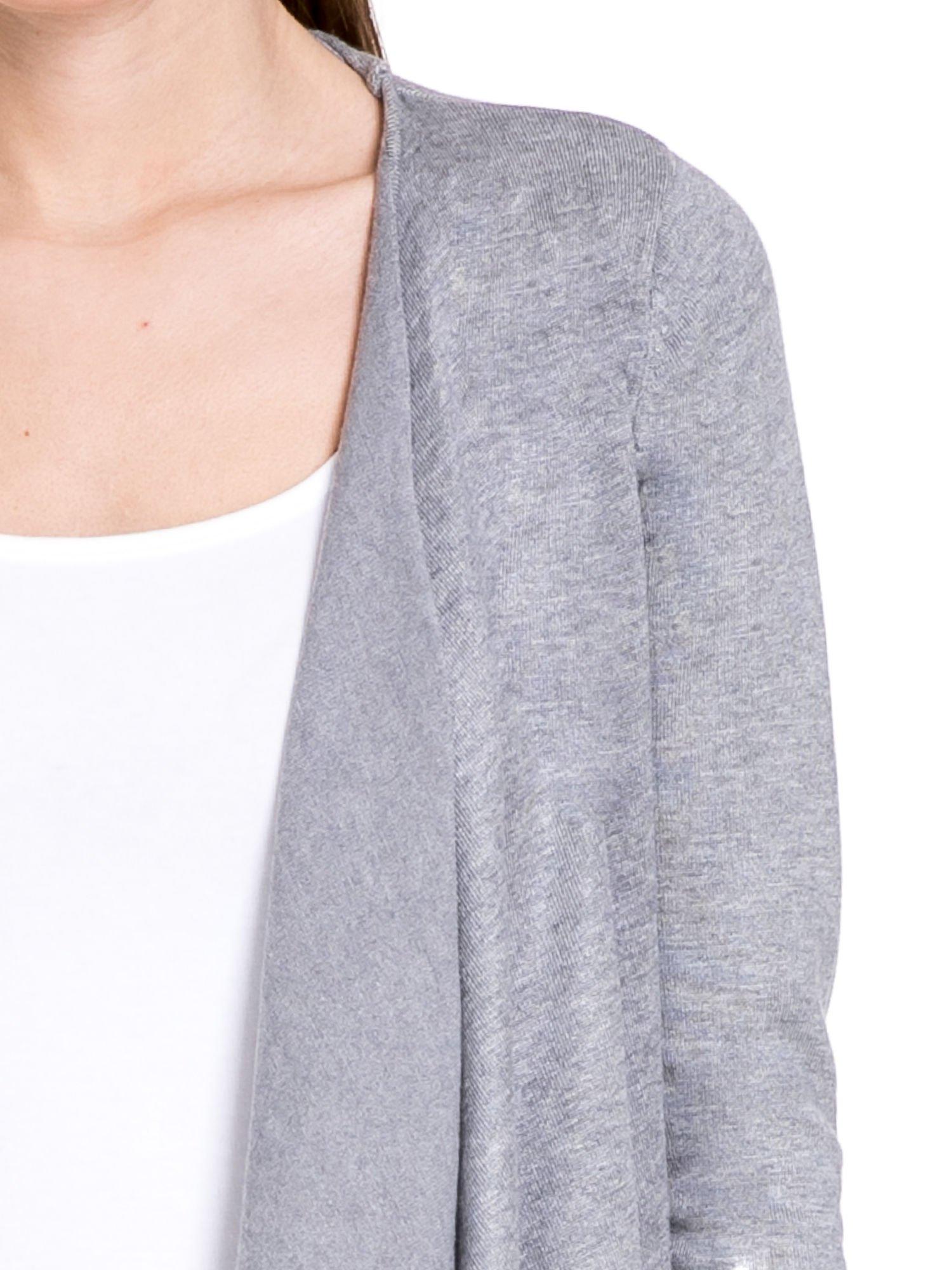 Szary sweter narzutka o kroju waterfall                                  zdj.                                  5