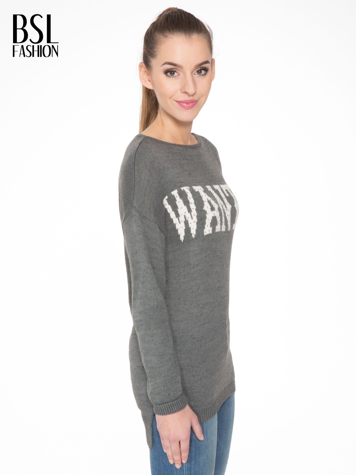 Szary sweter z nadrukiem WANTED i dżetami                                  zdj.                                  3