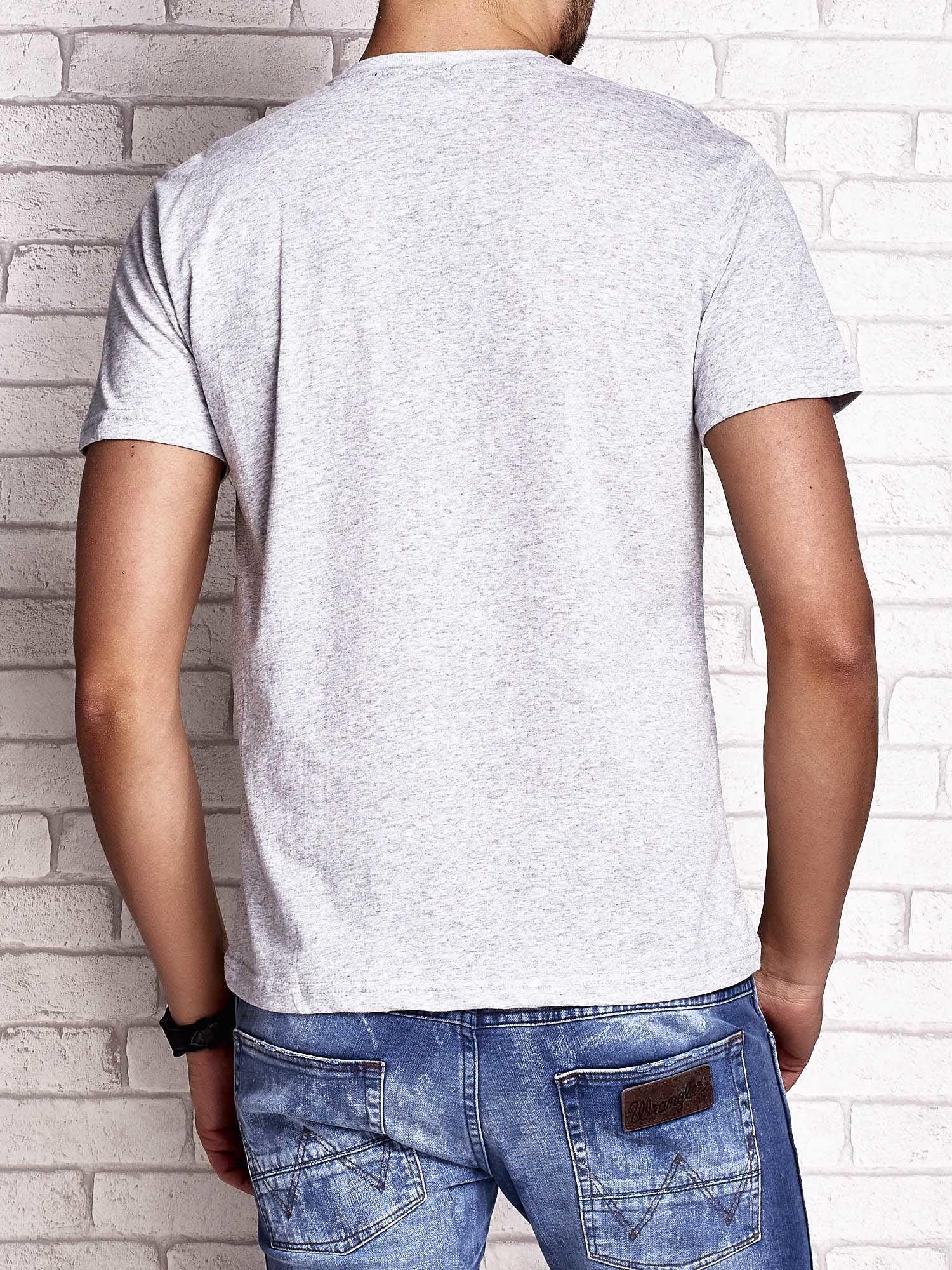 Szary t-shirt męski z napisami i liczbą 83                                  zdj.                                  2