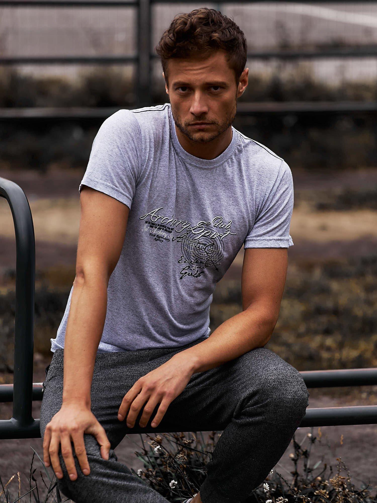 Szary t-shirt męski ze sportowym nadrukiem i napisami                                  zdj.                                  1