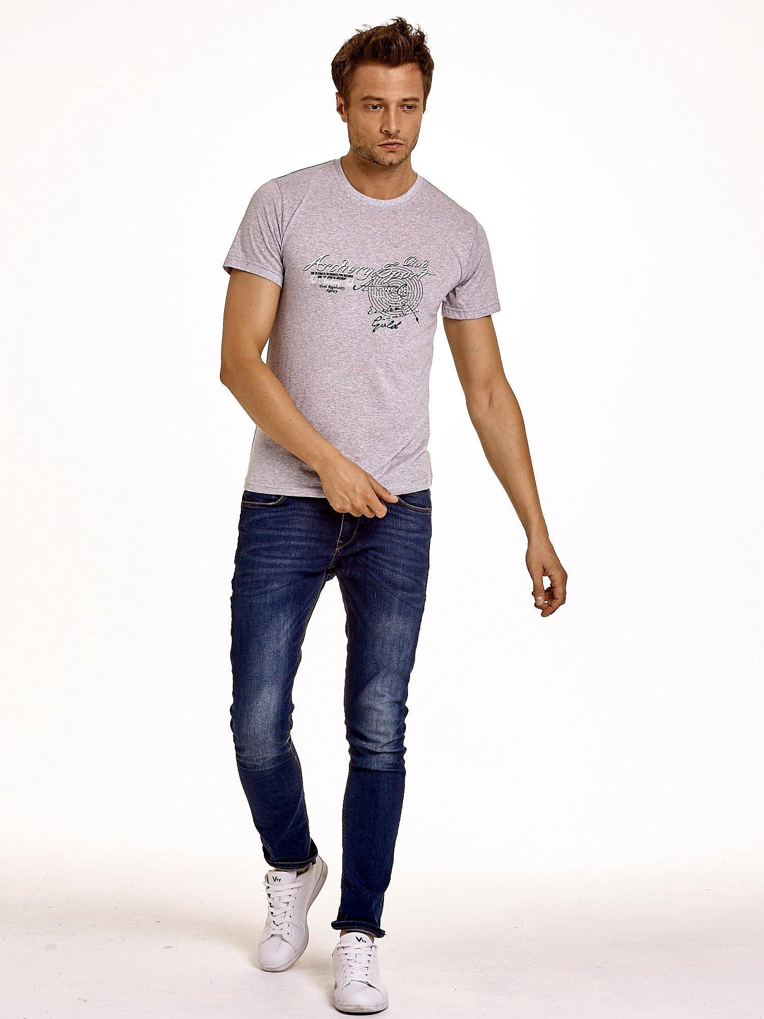 Szary t-shirt męski ze sportowym nadrukiem i napisami                                  zdj.                                  3