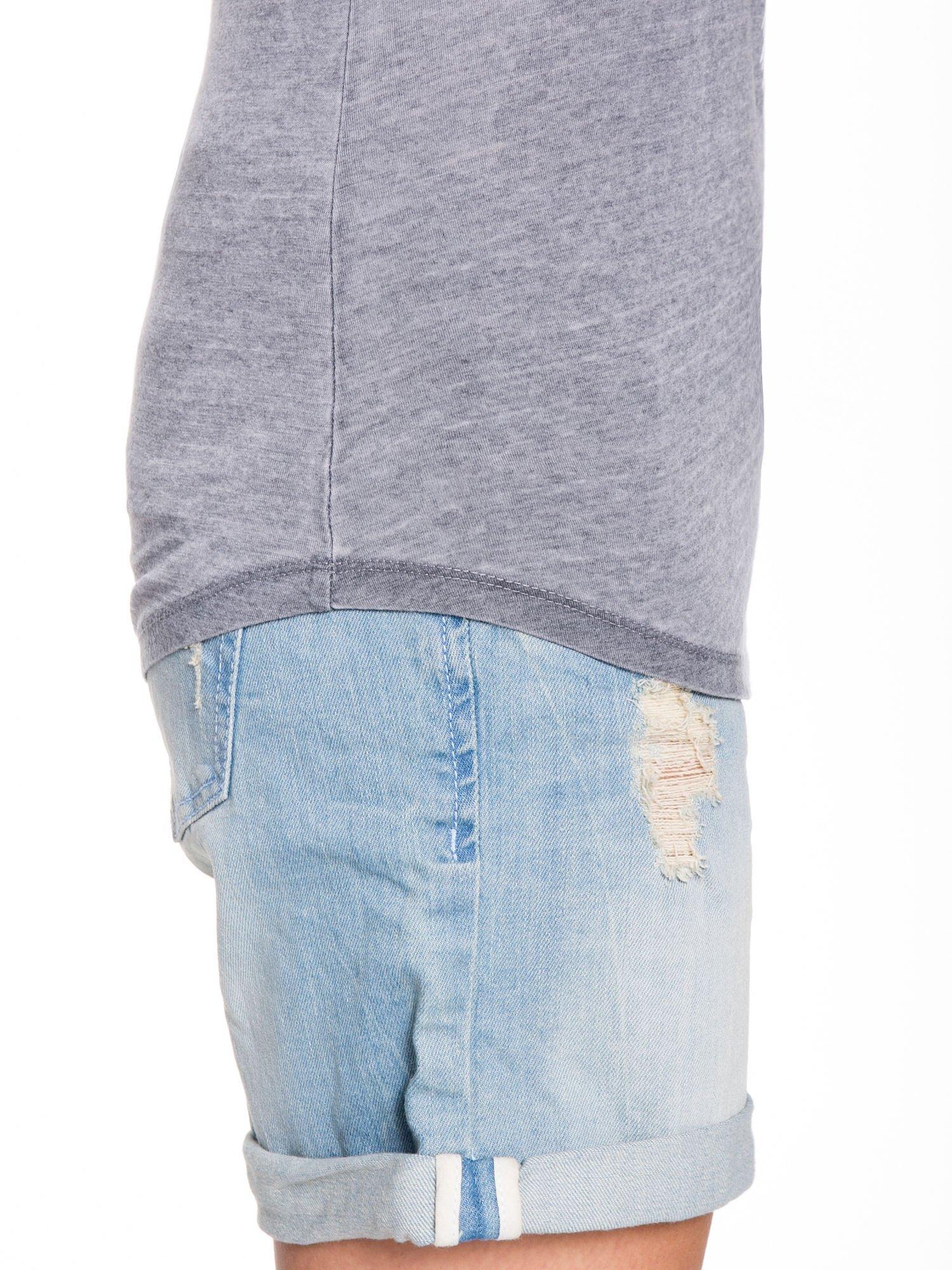 Szary t-shirt typu bokserka z nadrukiem orła i dżetami                                  zdj.                                  6