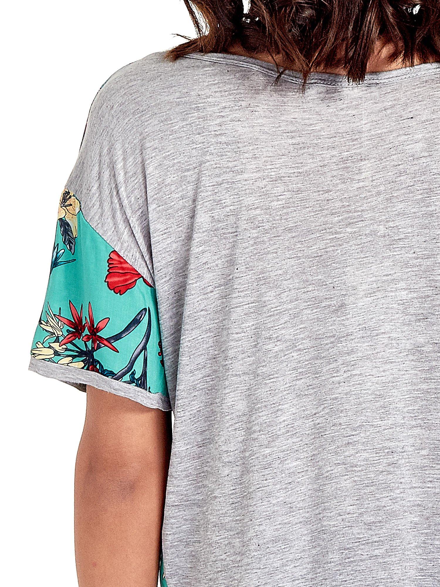 Szary t-shirt we wzór roślinny                                  zdj.                                  6