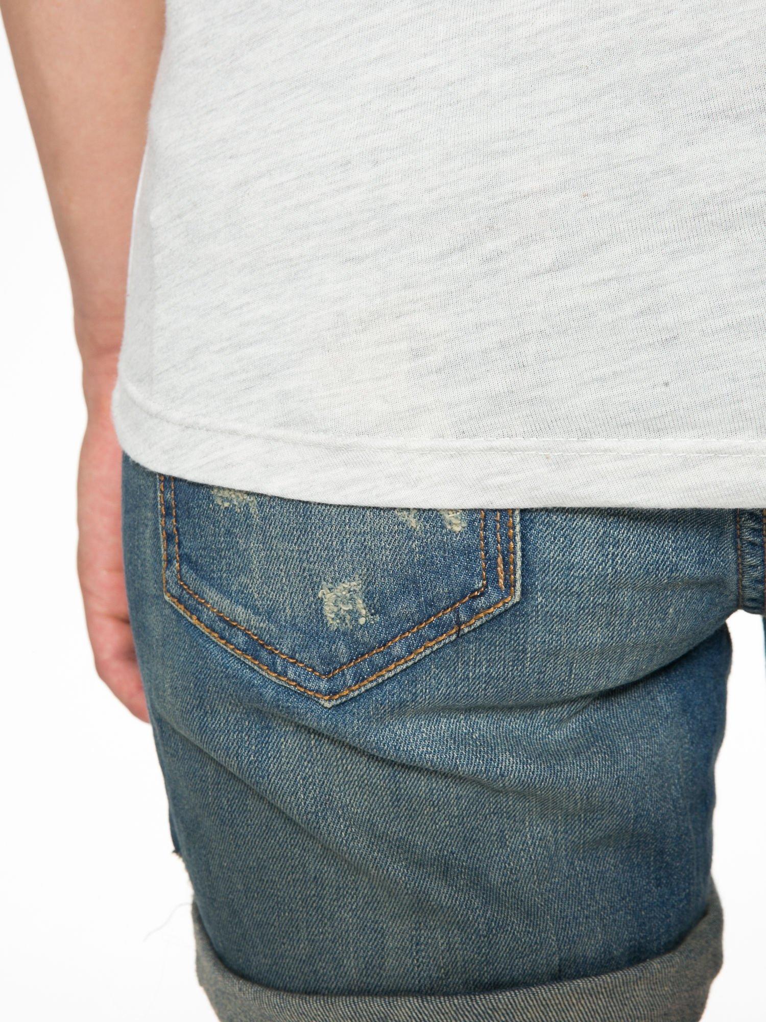 Szary t-shirt z nadrukiem pejzażu i napisem EXQUISTE z dżetami                                  zdj.                                  9