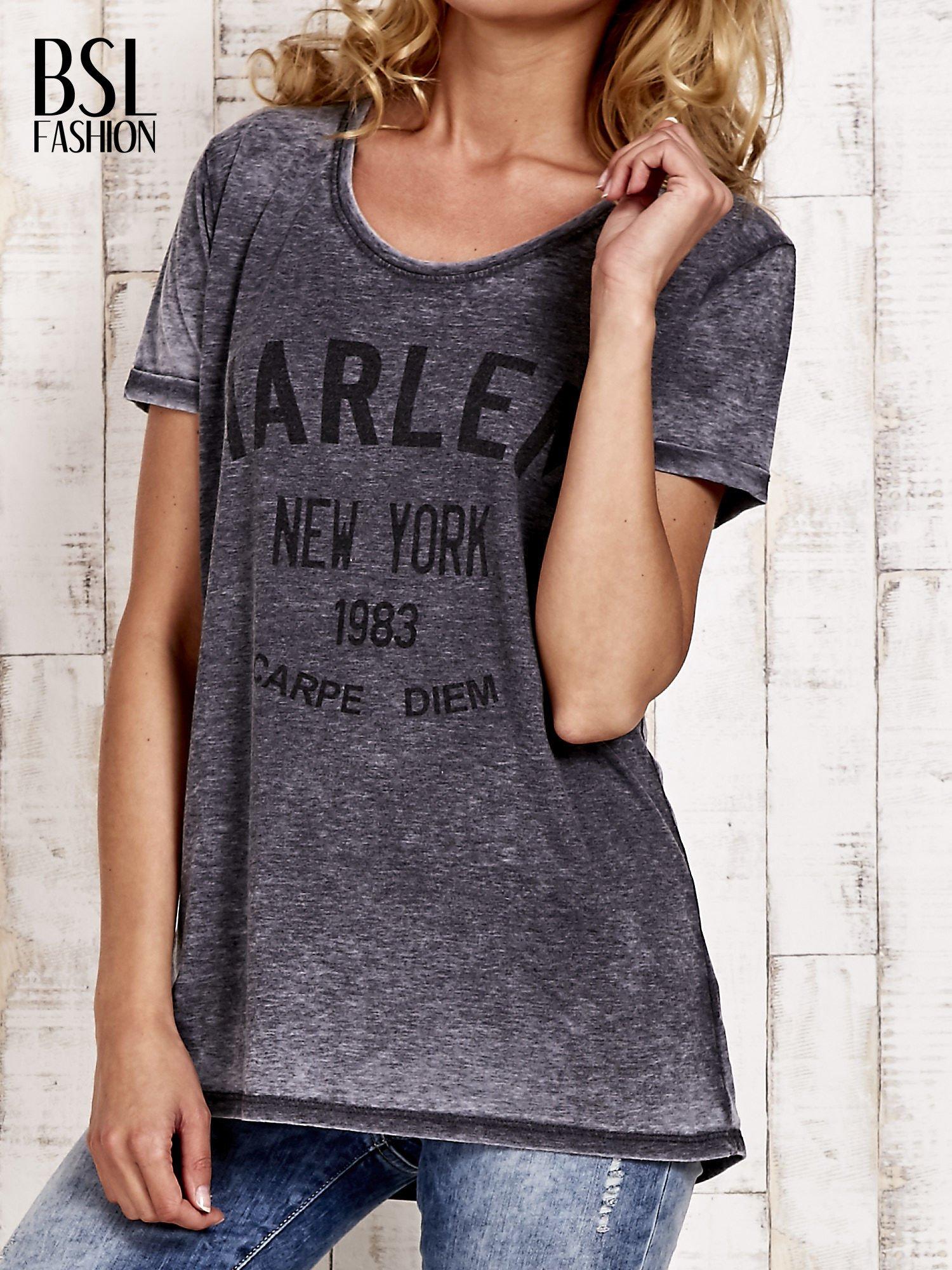 Szary t-shirt z napisem HARLEM efekt acid wash                                  zdj.                                  1