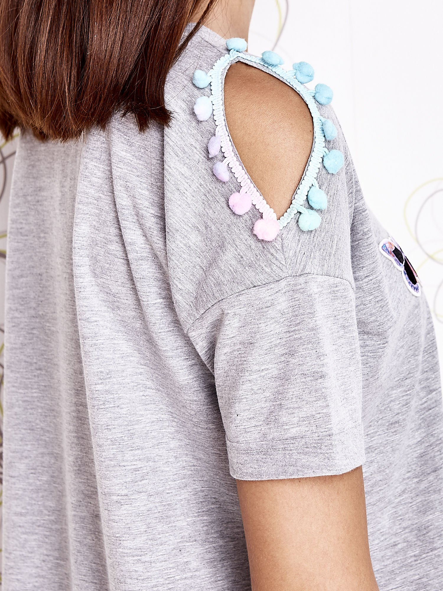 Szary t-shirt z naszywką motyla i pomponami                                  zdj.                                  5