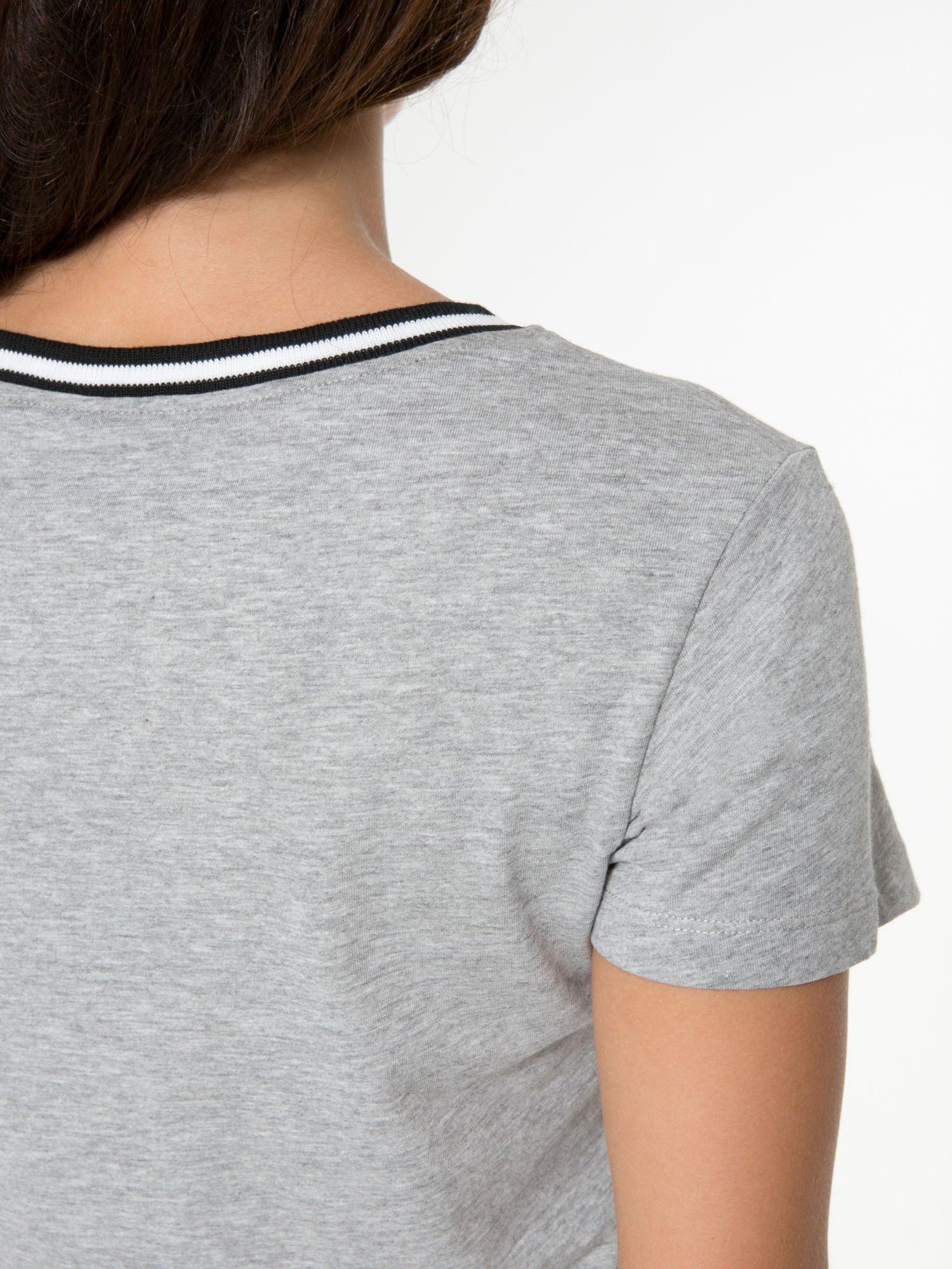 Szary t-shirt z numerem i sportową lamówką w stylu college                                  zdj.                                  10