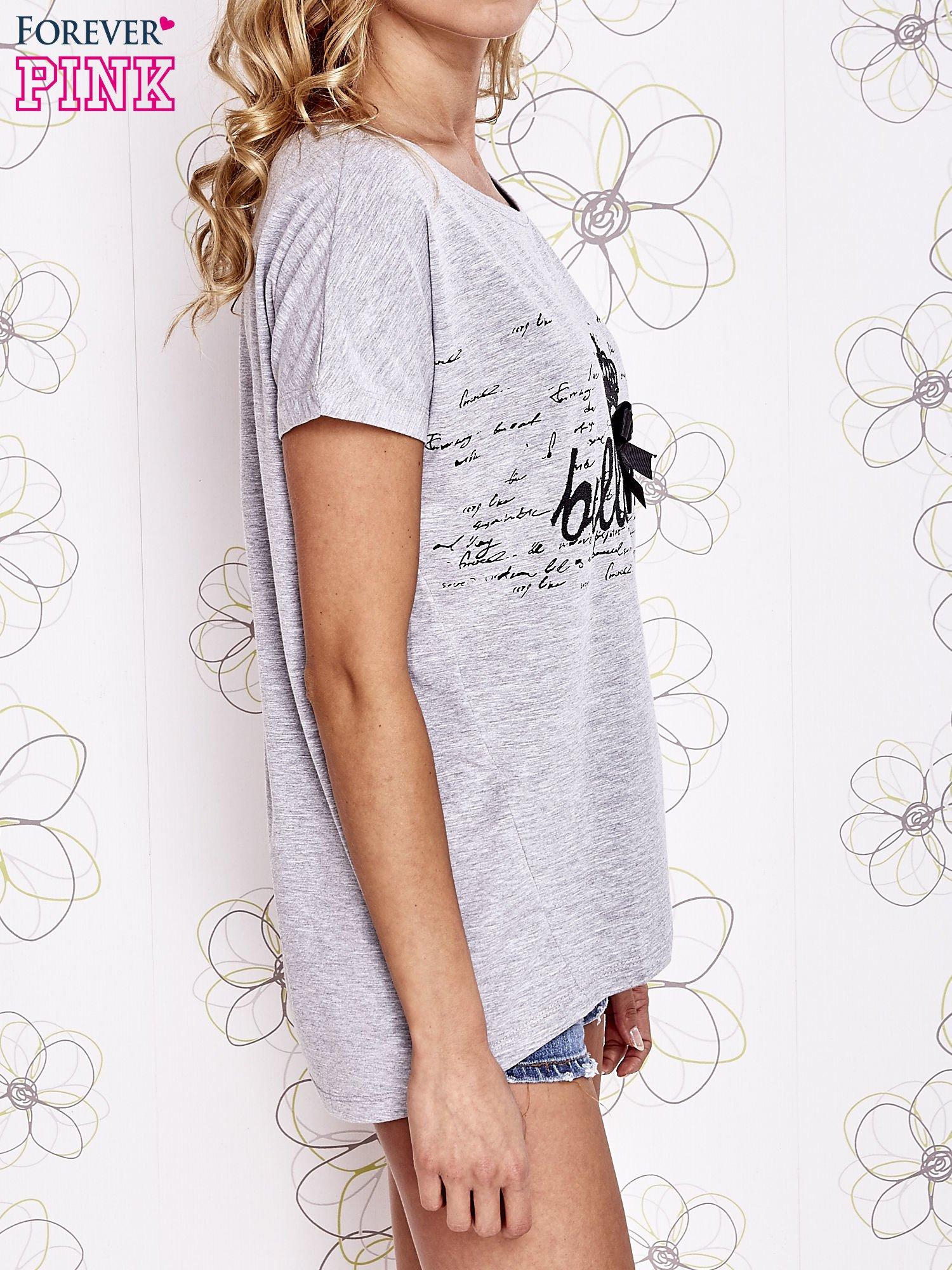 Szary t-shirt z ozdobnym napisem i kokardą                                  zdj.                                  3