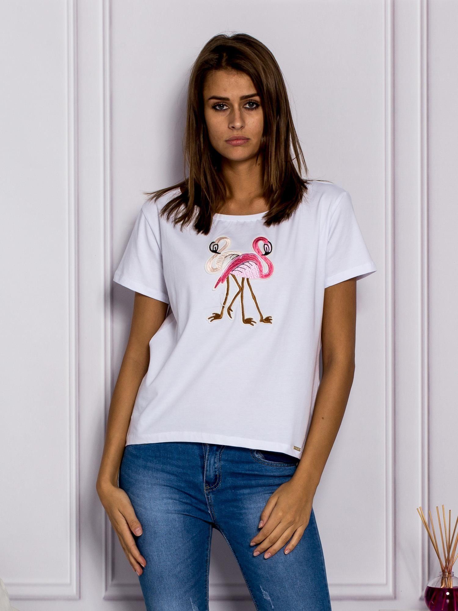 ad18d854a67938 T-shirt damski z flamingami biały - T-shirt z naszywkami - sklep ...