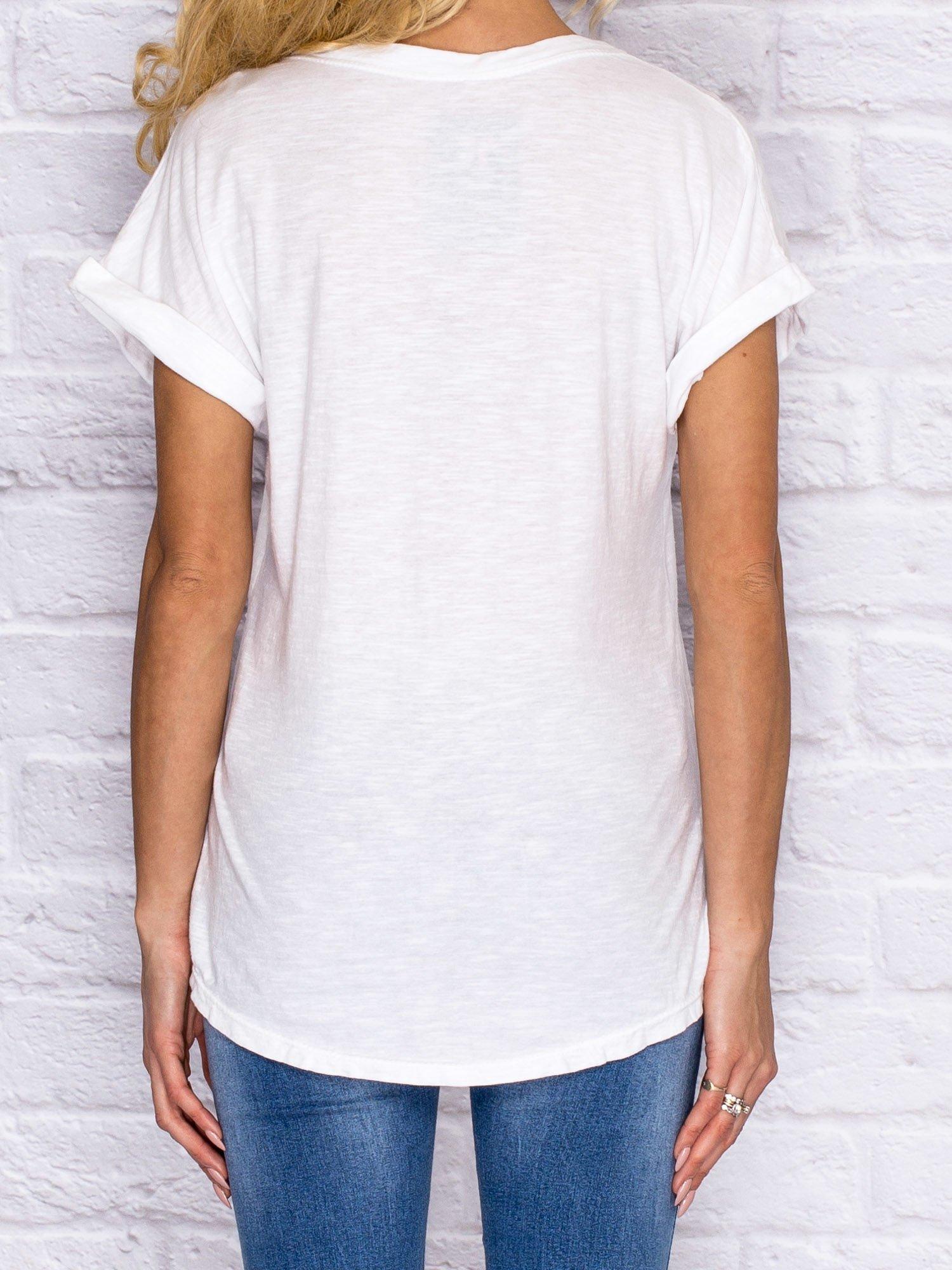 05a3ffcac4e341 T-shirt damski z naszywkami i kieszenią biały - T-shirt z naszywkami - sklep  eButik.pl