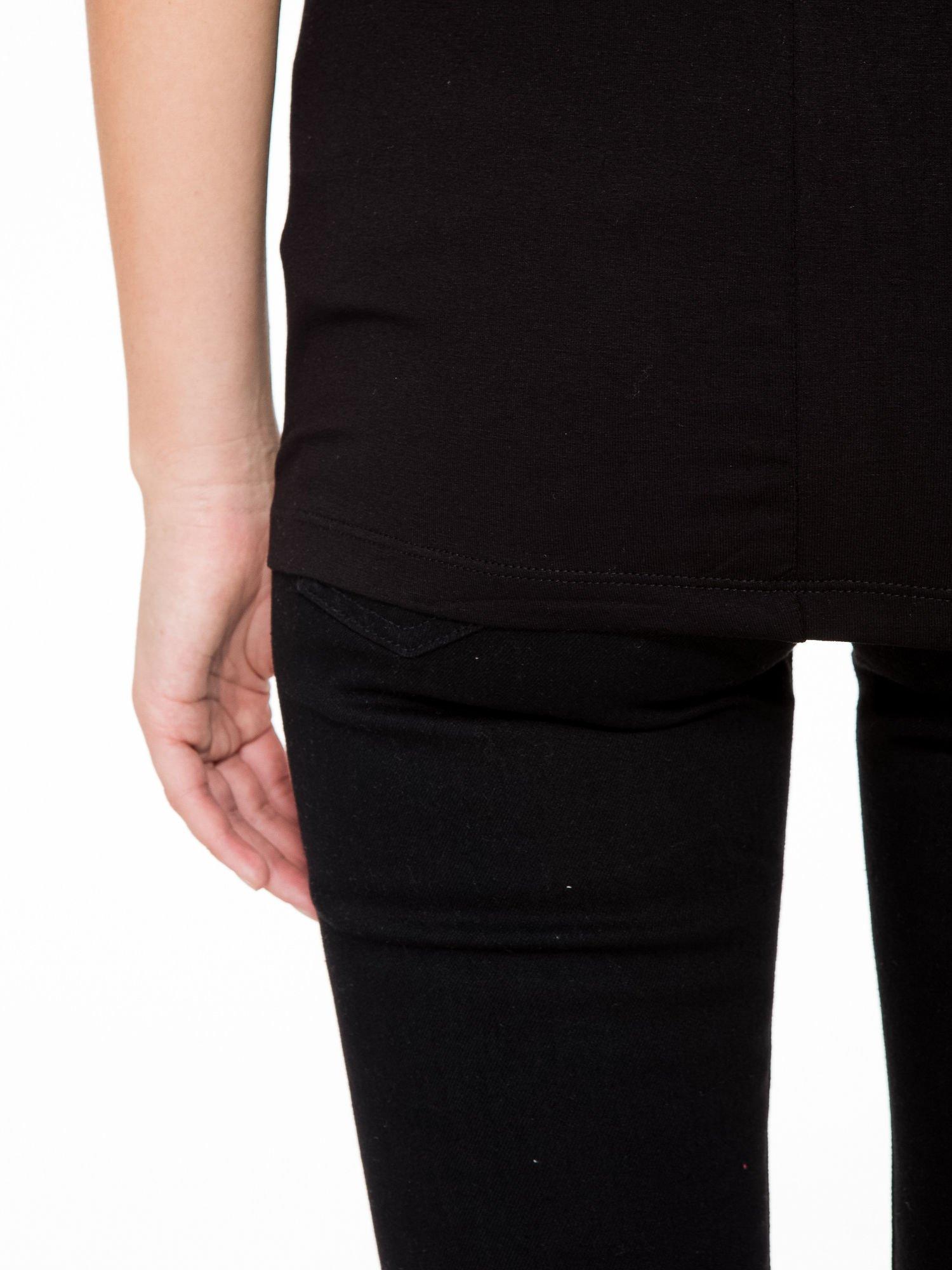 T-shirt z nadrukiem w stylu glam i czarnym tyłem                                  zdj.                                  10