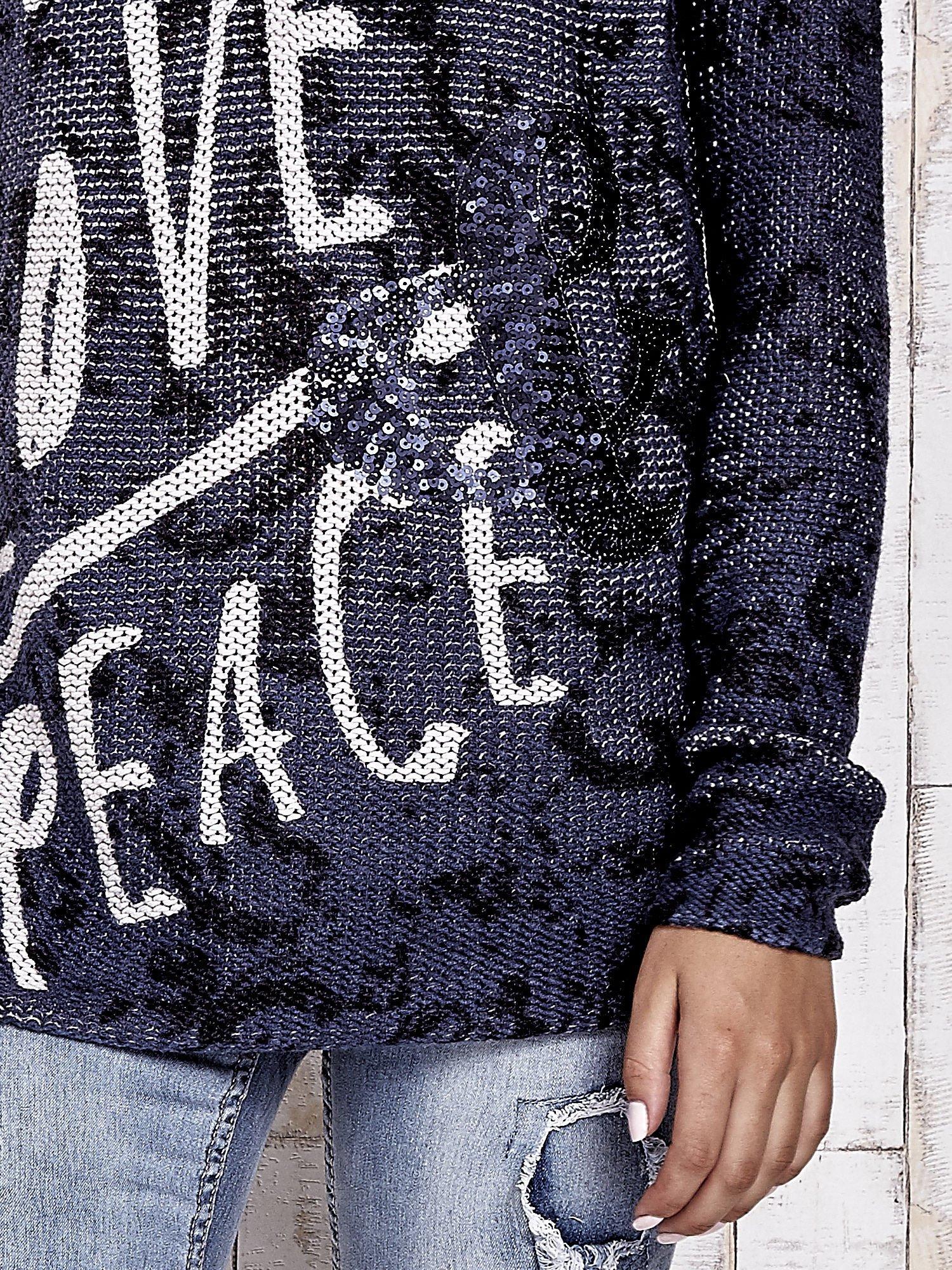 TOM TAILOR Granatowy sweter z literowym nadrukiem i cekinami                                  zdj.                                  5