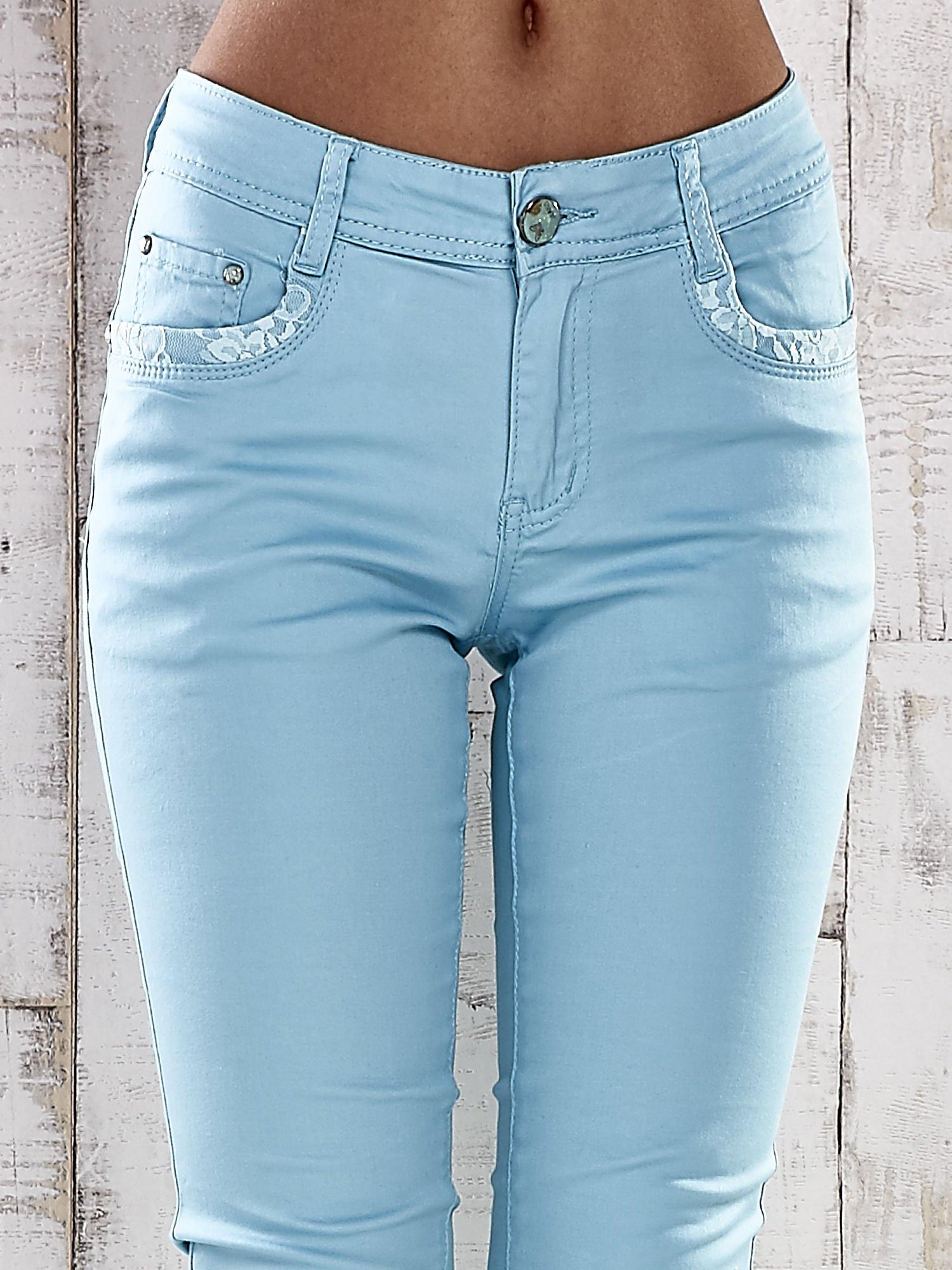 Turkusowe spodnie skinny jeans z koronką                                  zdj.                                  3