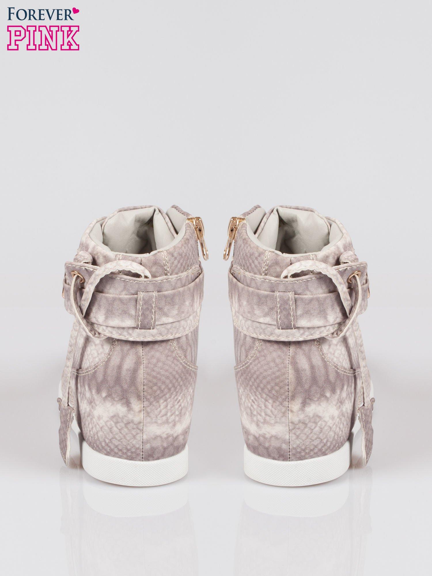 Wężowe sneakersy damskie ze złotą kłódką                                  zdj.                                  3