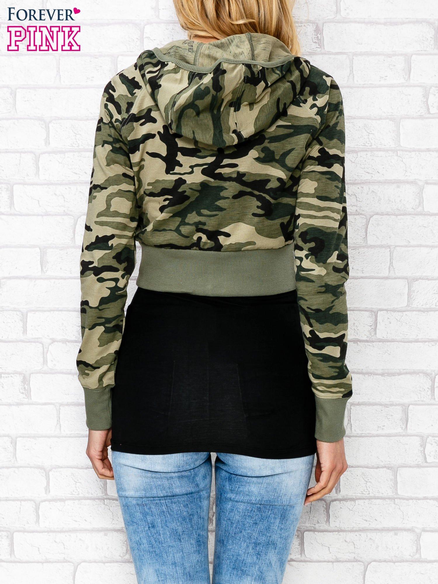Zielona bluza cropped we wzór moro                                  zdj.                                  2