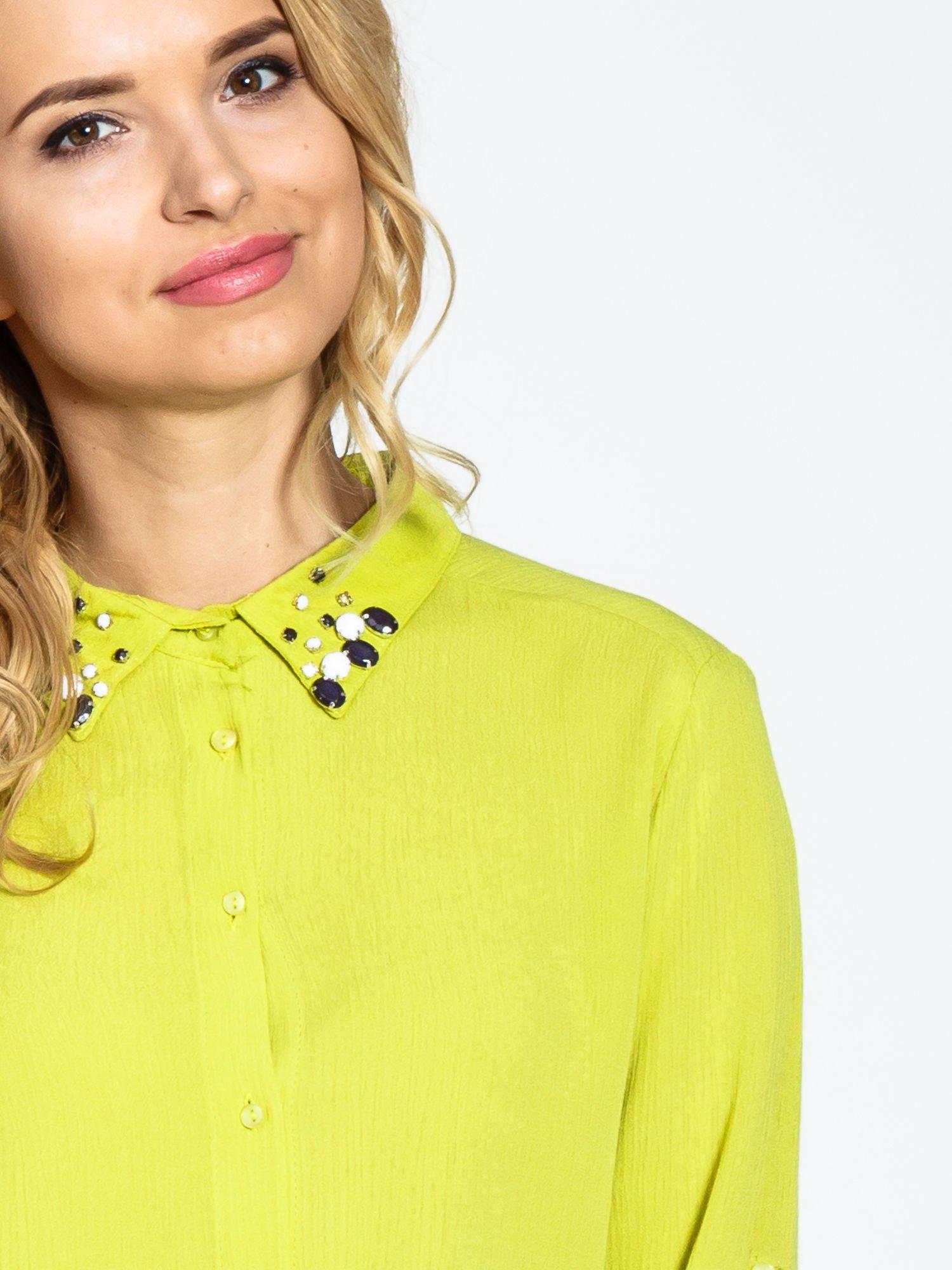 Zielona koszula z biżuteryjnym kołnierzykiem                                  zdj.                                  6