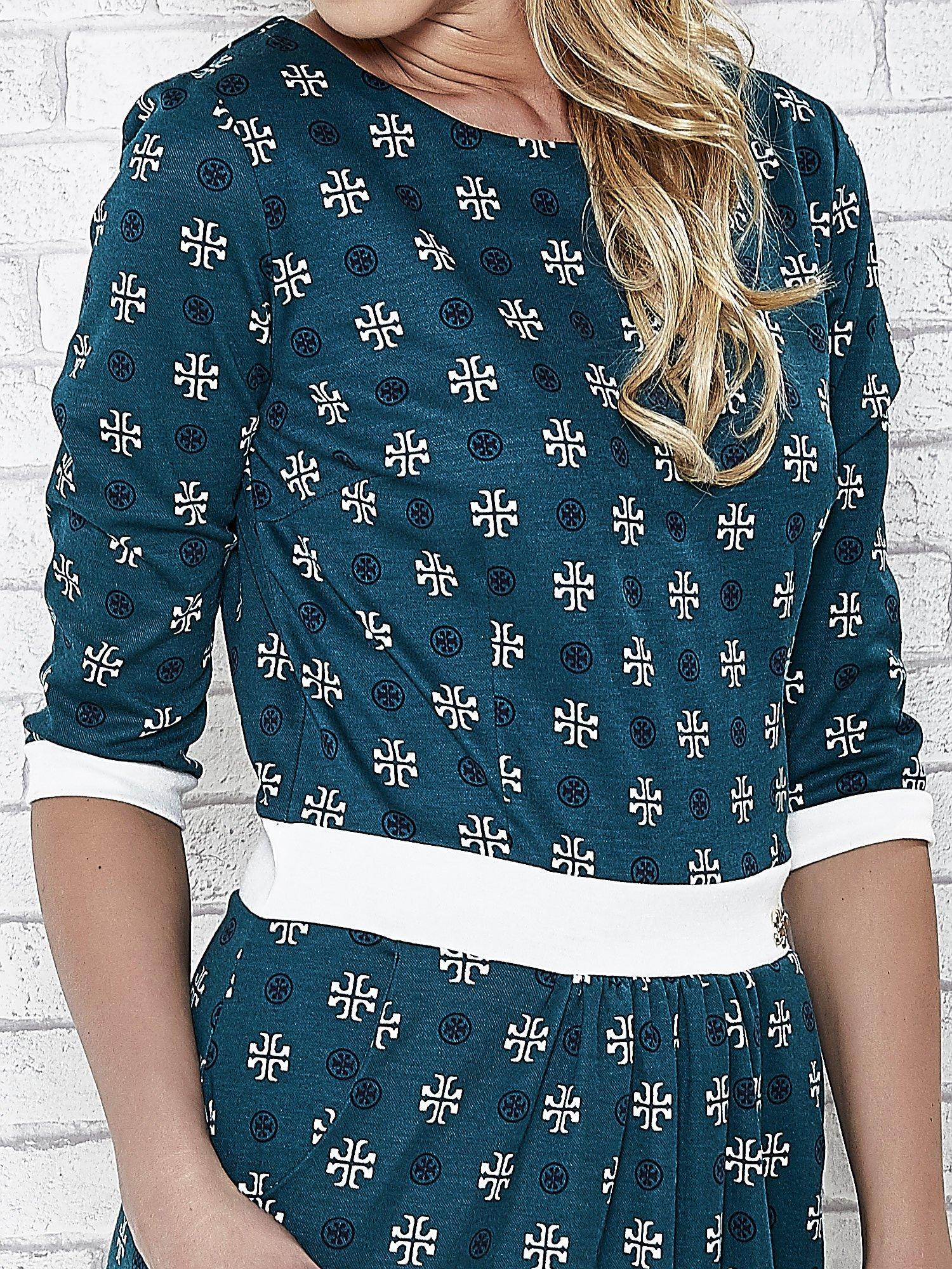 Zielona sukienka we wzory z podkreśloną talią                                  zdj.                                  5