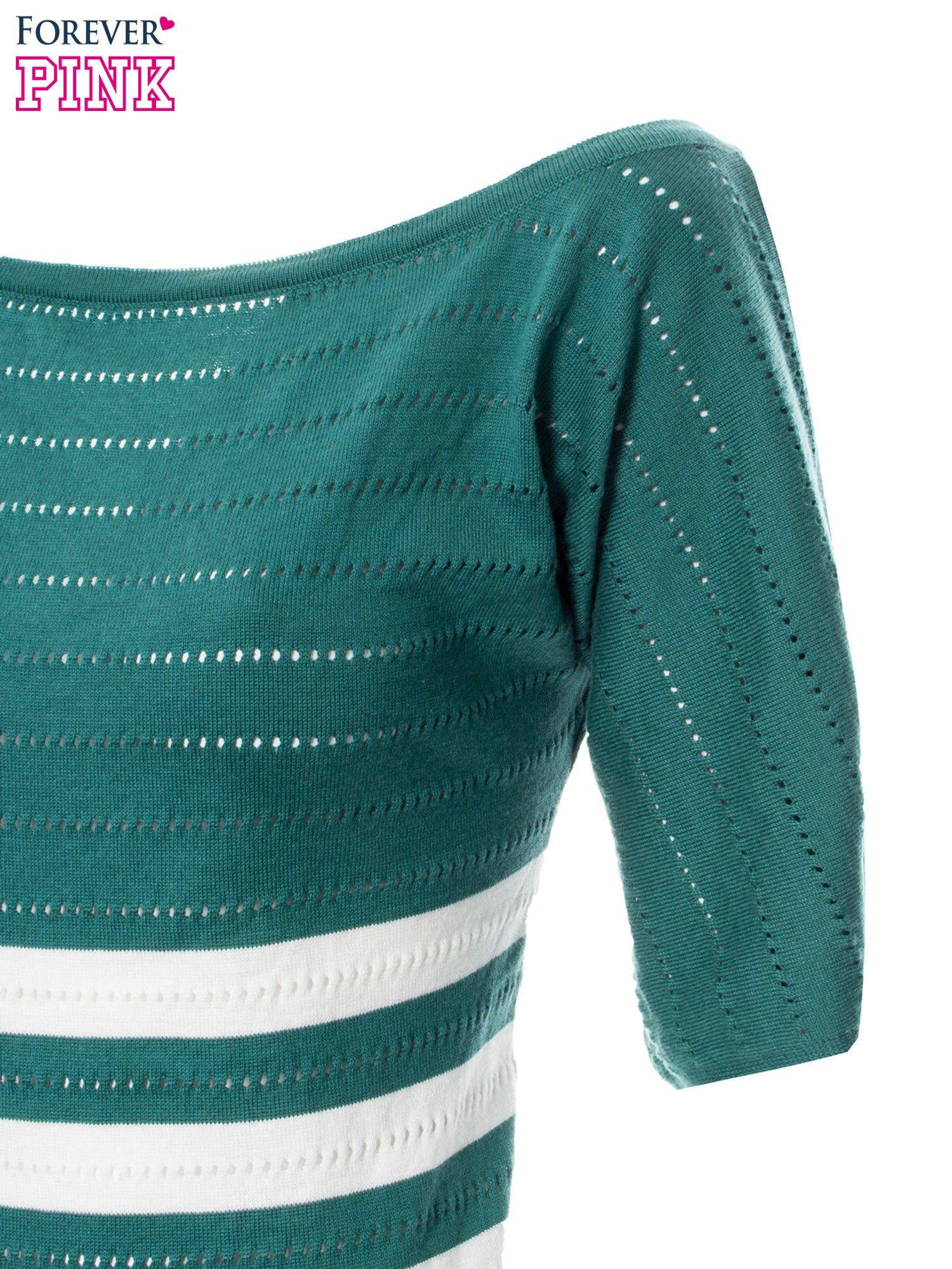 Zielony sweter w paski z szerokim dekoltem                                  zdj.                                  7