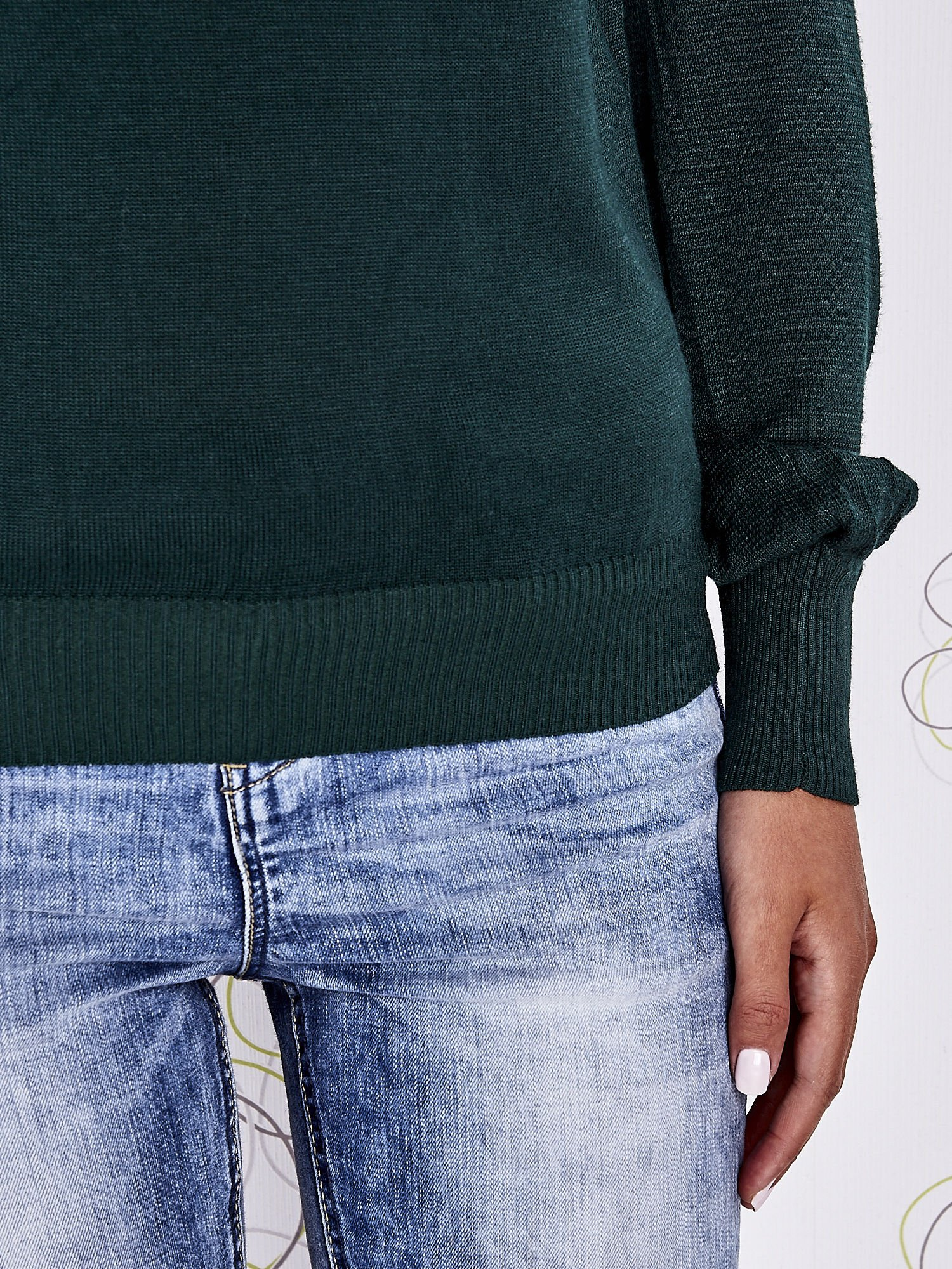 Zielony sweter z aplikacją i kokardą przy dekolcie                                  zdj.                                  6