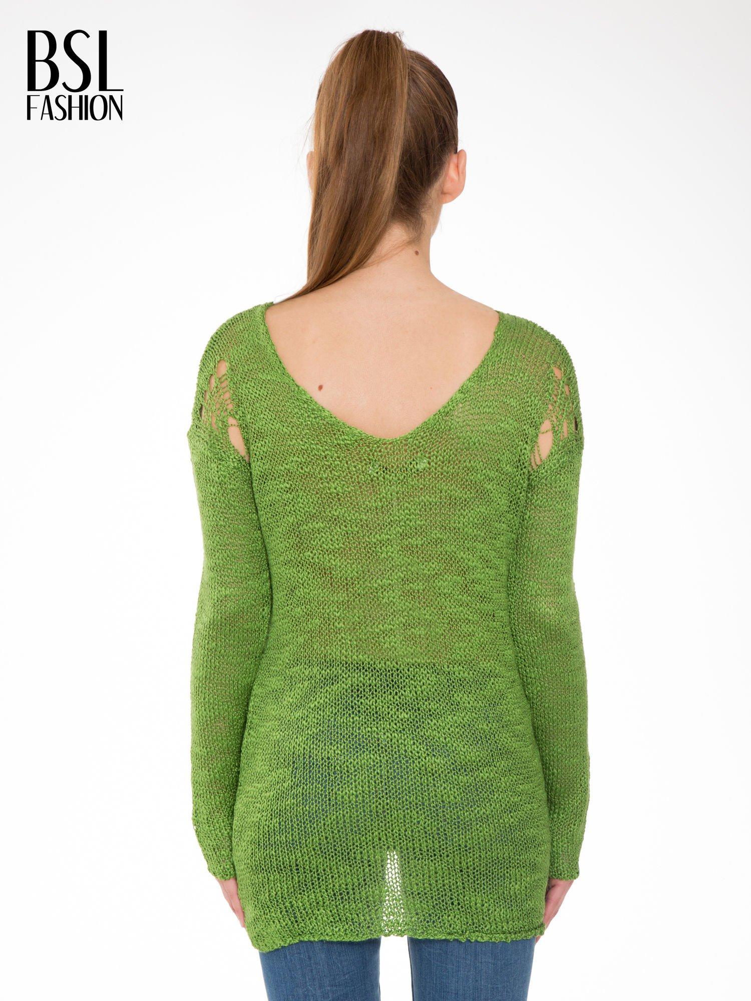 Zielony sweter z oczkami przy ramionach                                  zdj.                                  4