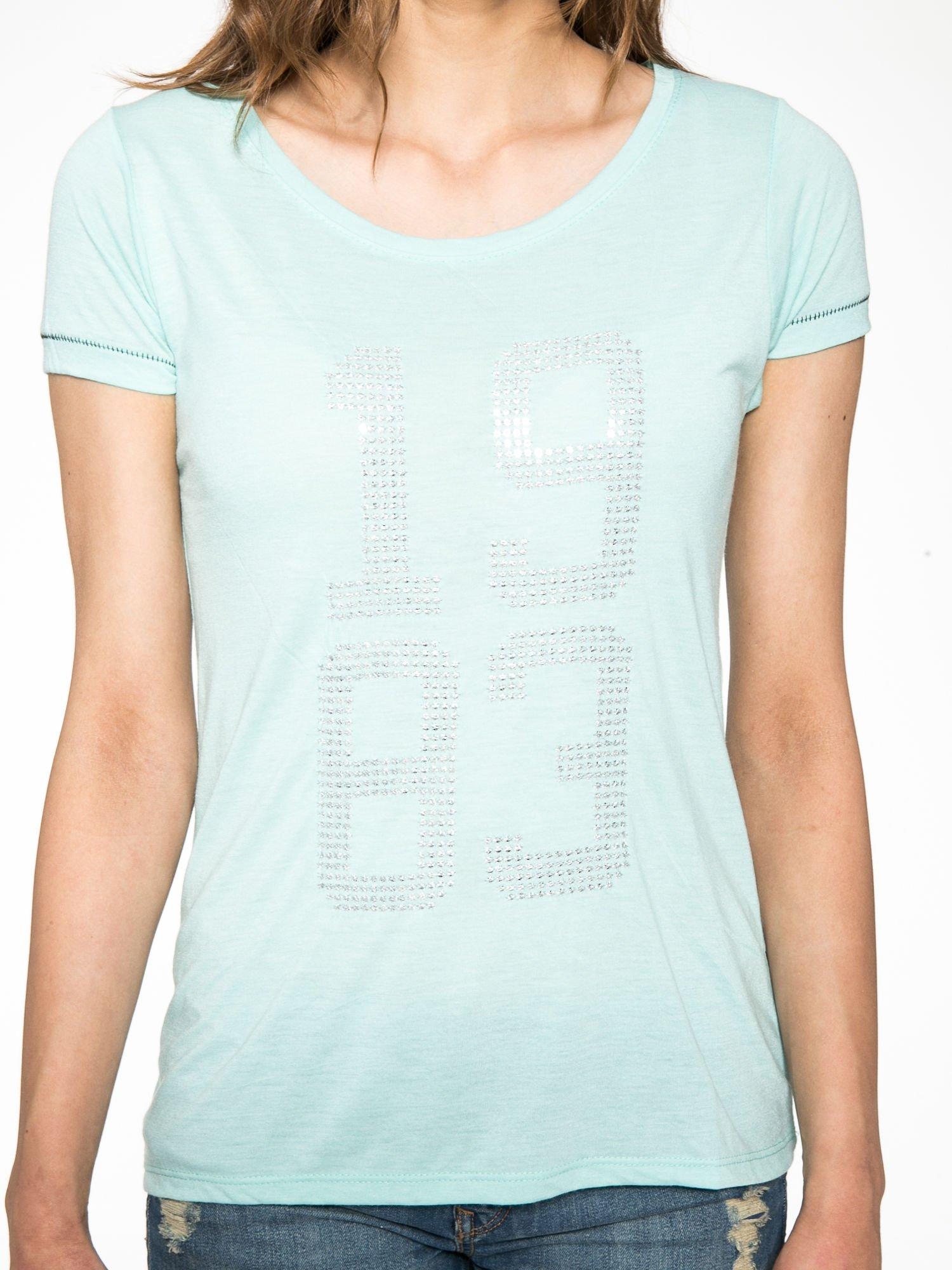 Zielony t-shirt z błyszczącym numerem 1983                                  zdj.                                  7