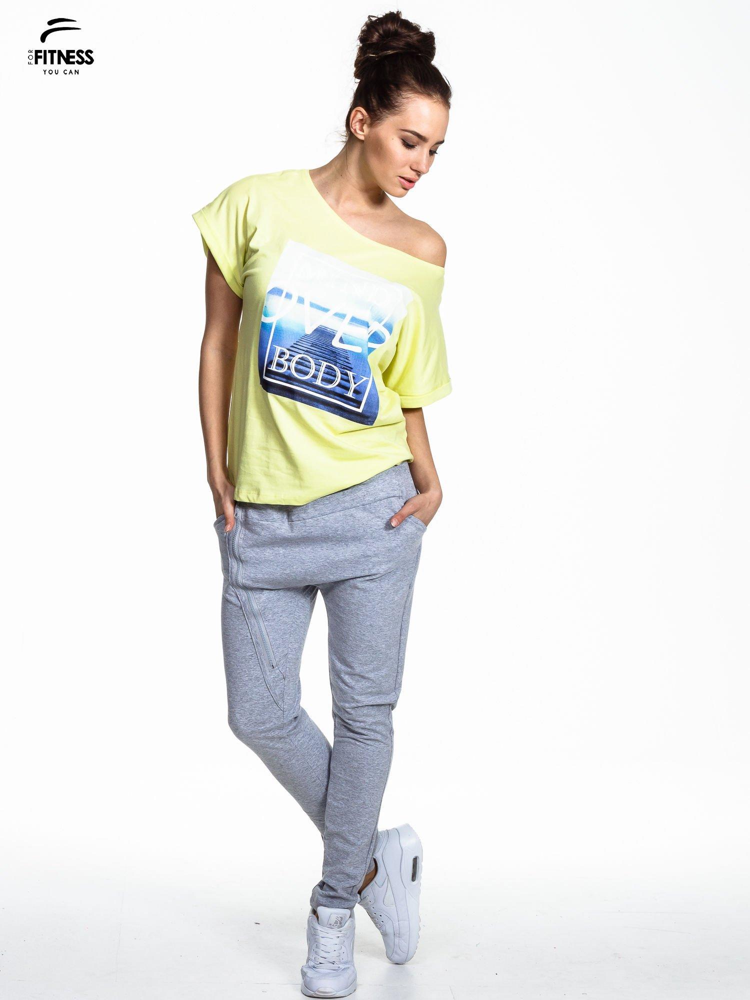 Zielony t-shirt z napisem MIND OVER BODY                                  zdj.                                  2