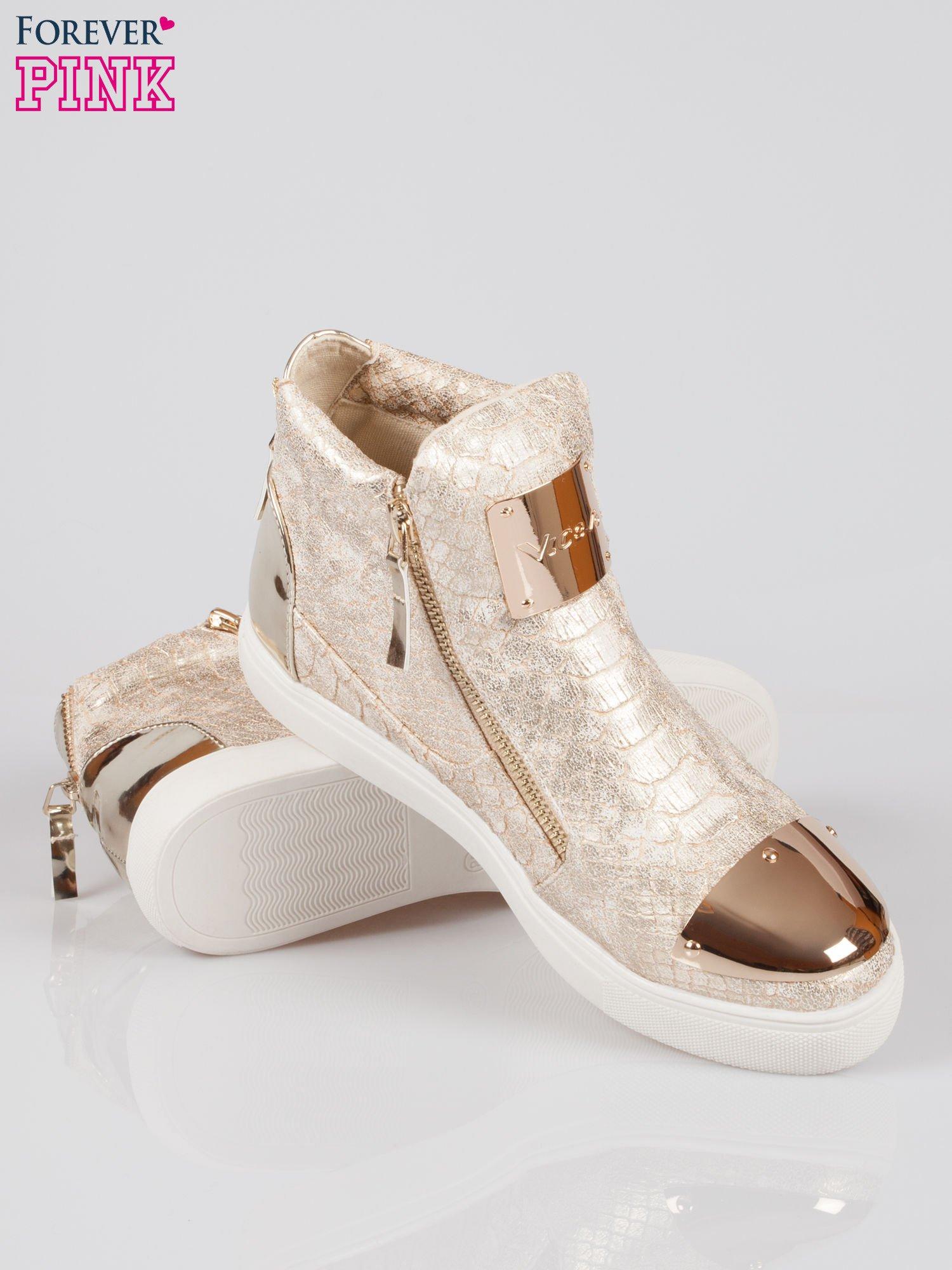 Złote wężowe sneakersy z blaszką na nosku Charm                                  zdj.                                  4