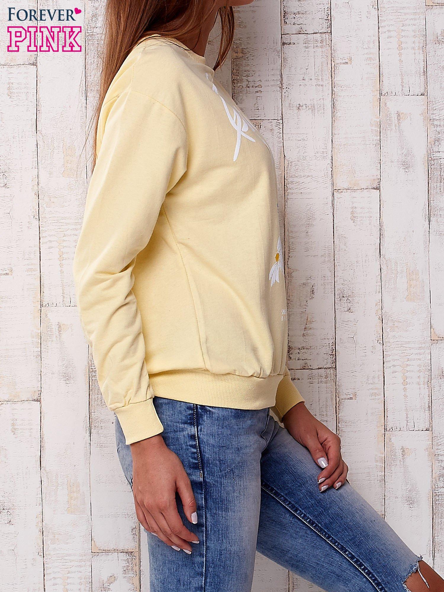 Żółta bluza z nadrukiem kwiatowym i napisem                                  zdj.                                  3