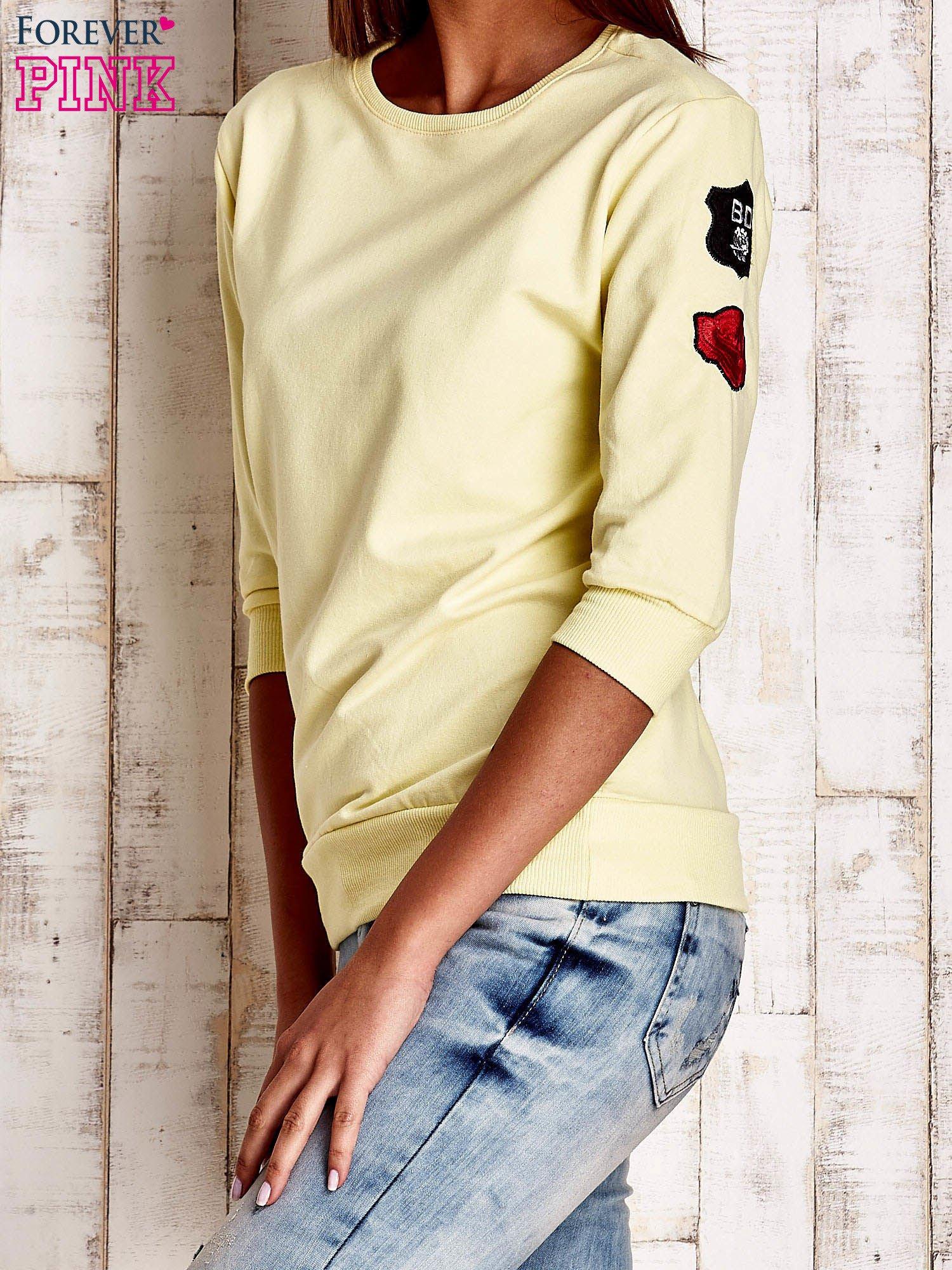 Żółta bluza z naszywkami na rękawie                                  zdj.                                  3