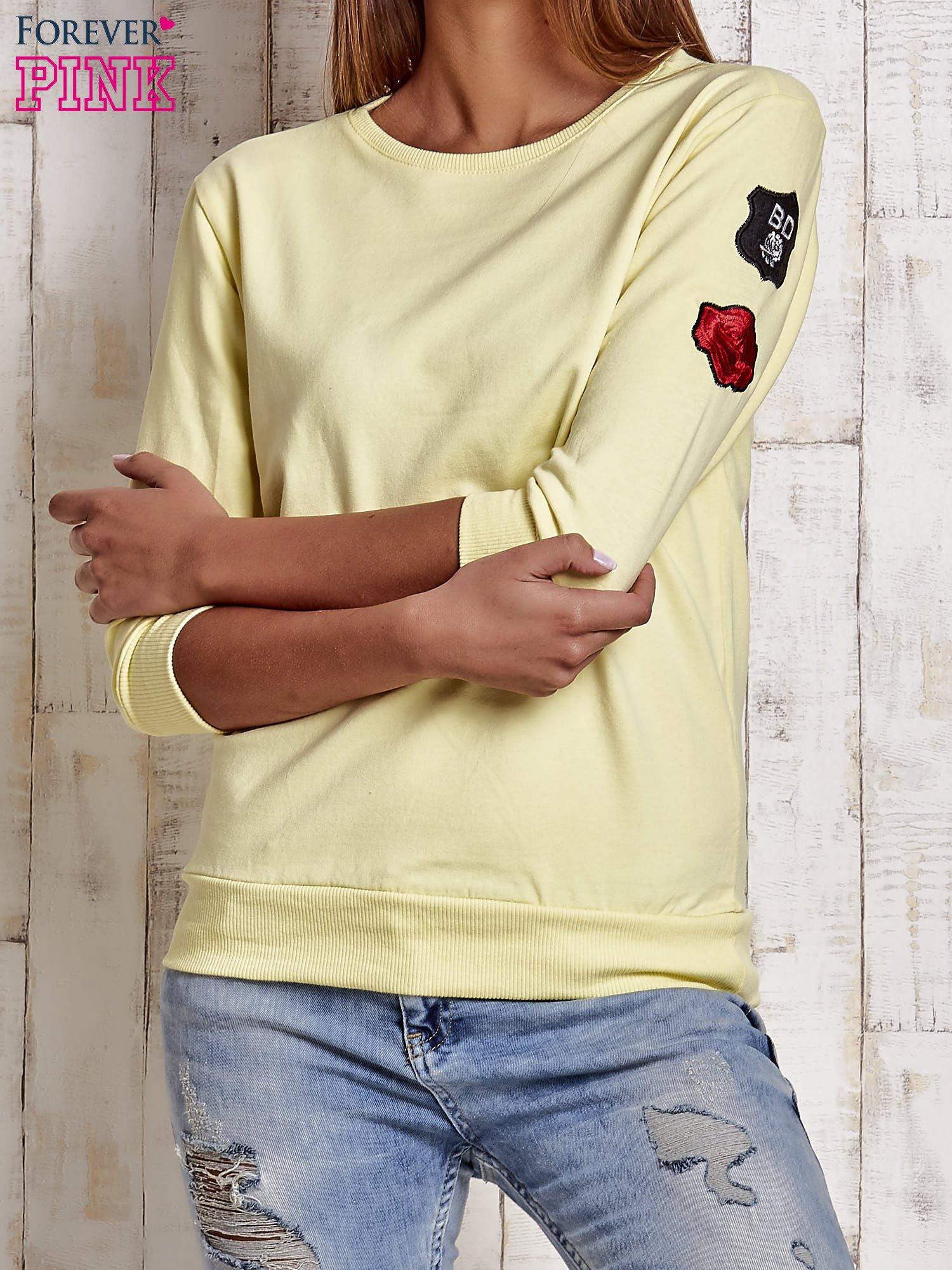 Żółta bluza z naszywkami na rękawie                                  zdj.                                  1