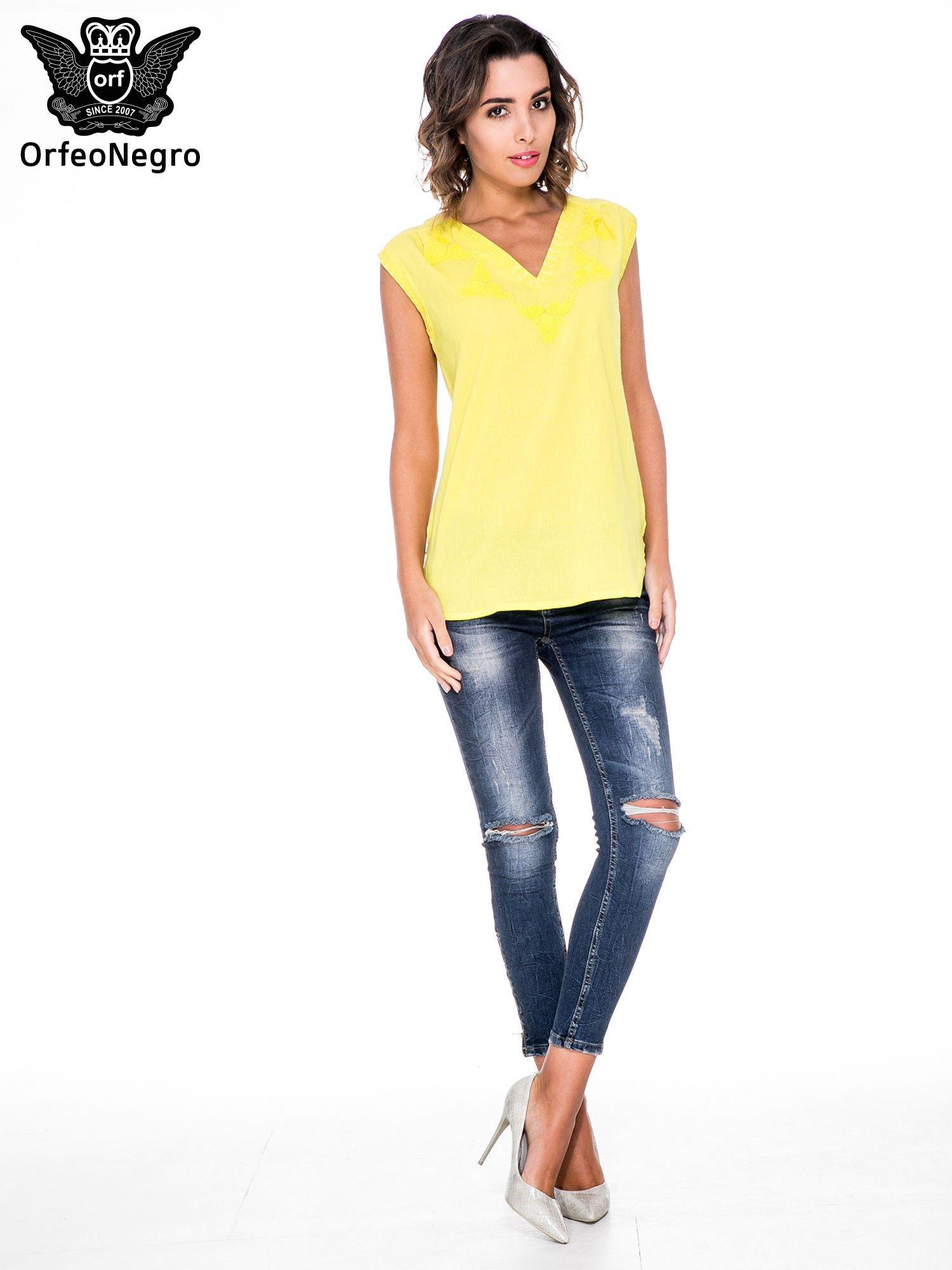 Żółta bluzka koszulowa z haftowanym dekoltem V-neck                                  zdj.                                  2